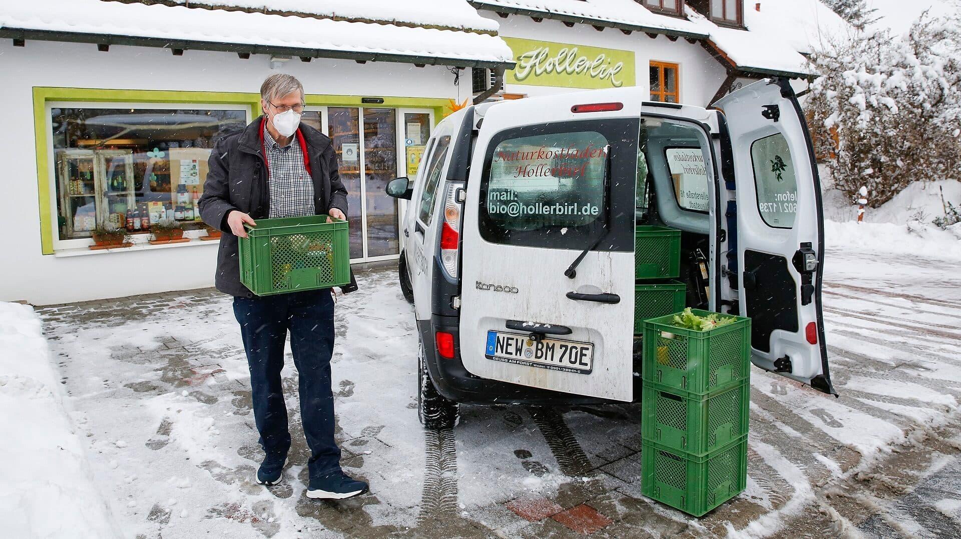 Franz-Josef beim Beladen des Lieferwagens