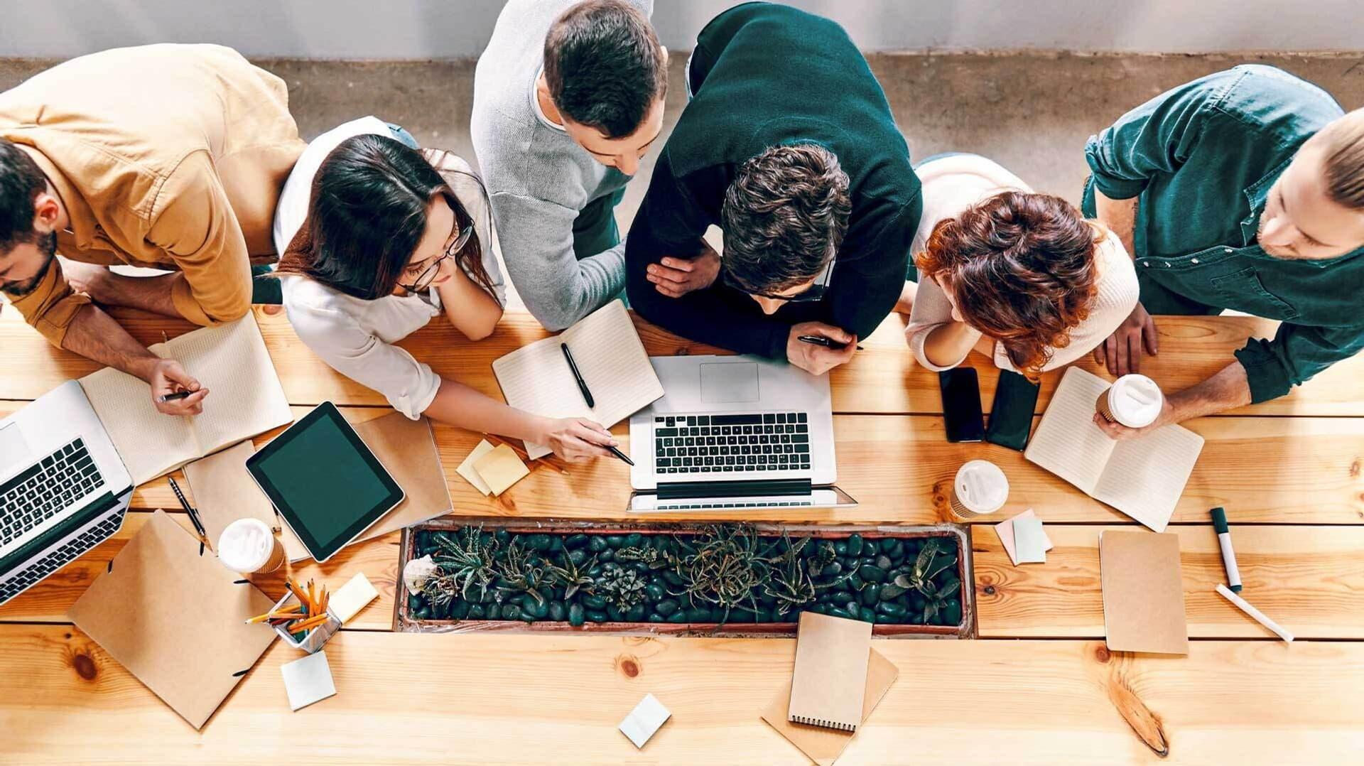 Ein Team diskutiert gemeinsam an einem Tisch
