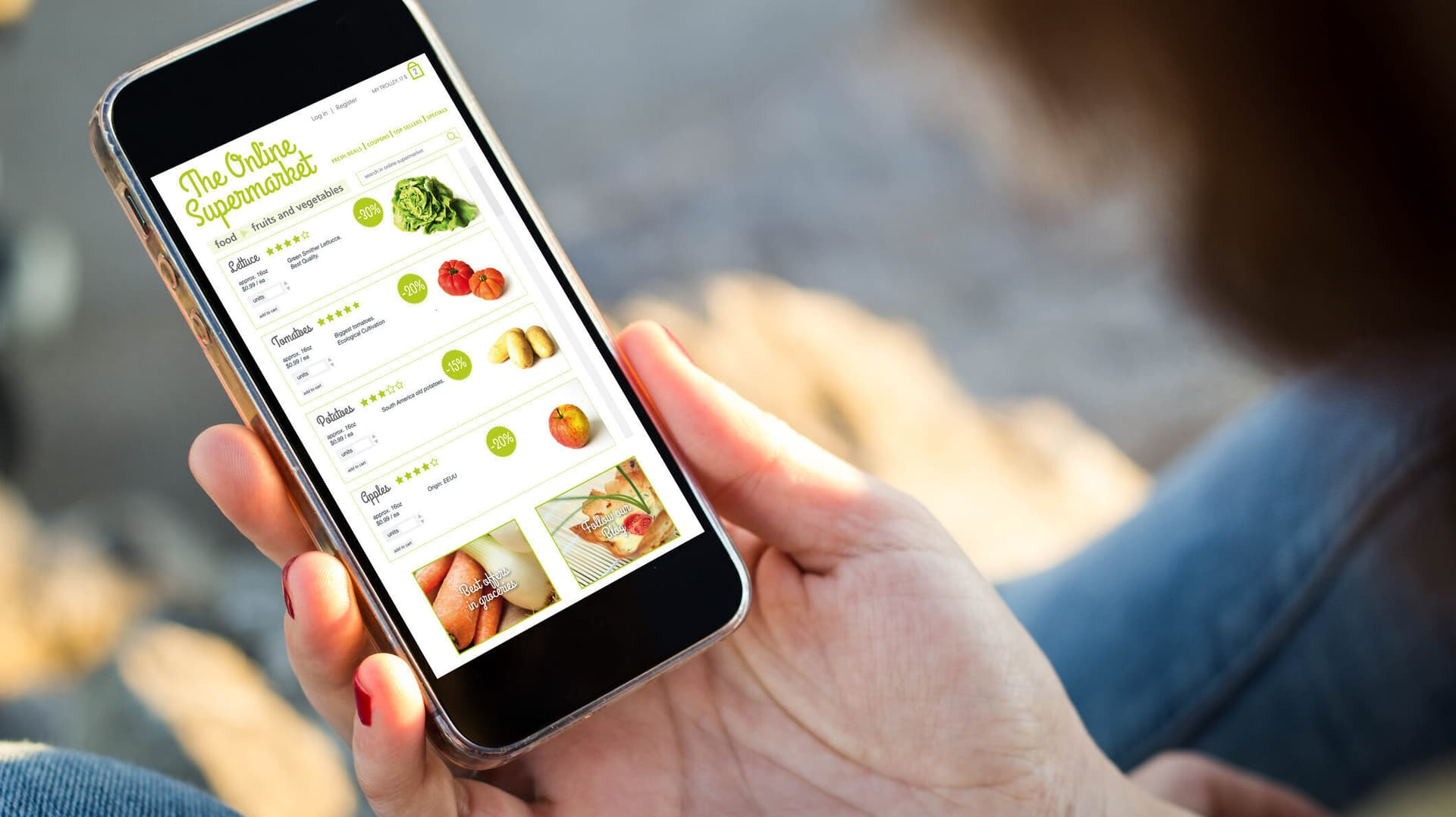 Eine Hand hält ein Smartphone mit geöffnetem Online-Shop