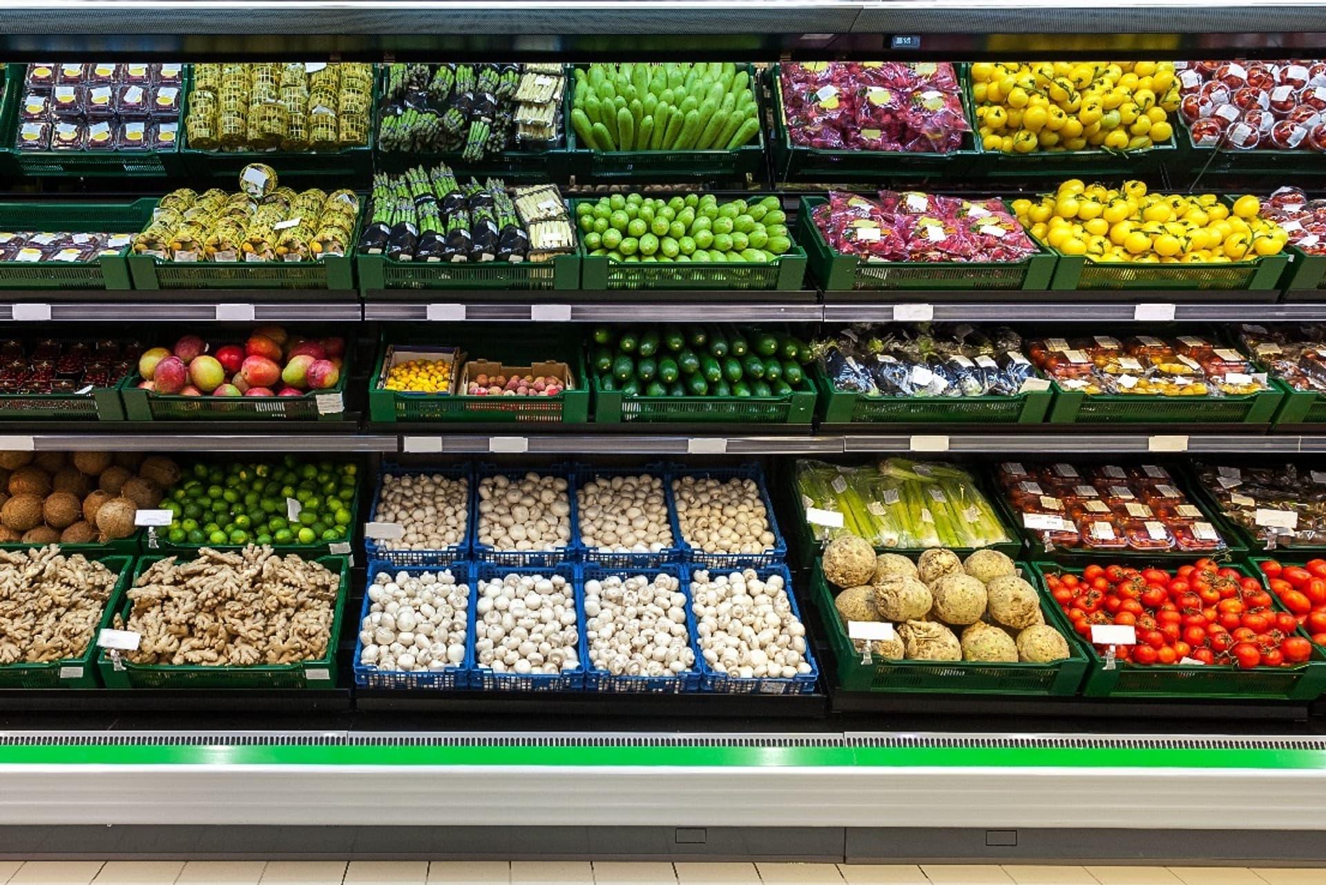 Schön präsentiert, aber ohne Nachhaltigkeitsstrategie eingekauft: Konventionelles Obst und Gemüse im LEH