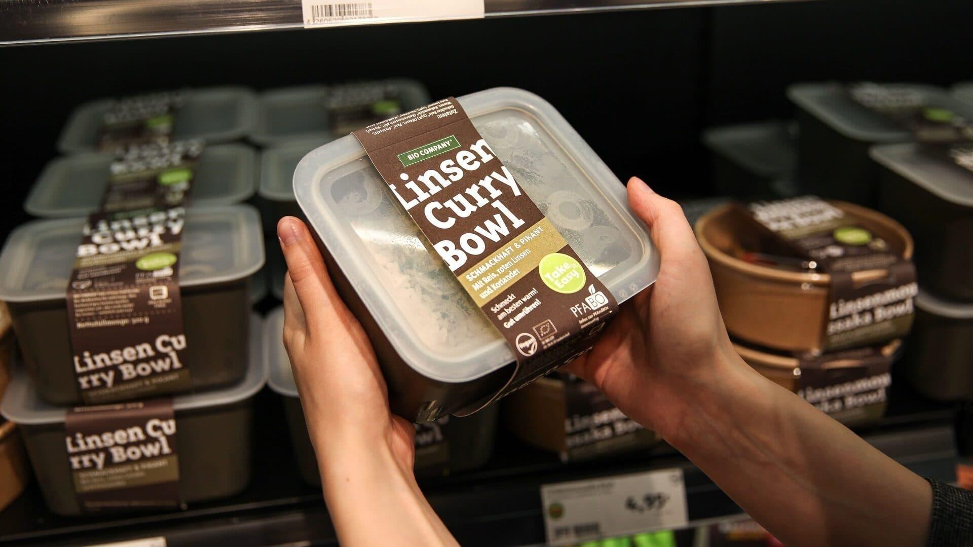 """Bowls in der Pfandbox: Bio Company bietet Essen seiner Marke """"Take-it-easy"""" im Mehrwegbehälter an."""