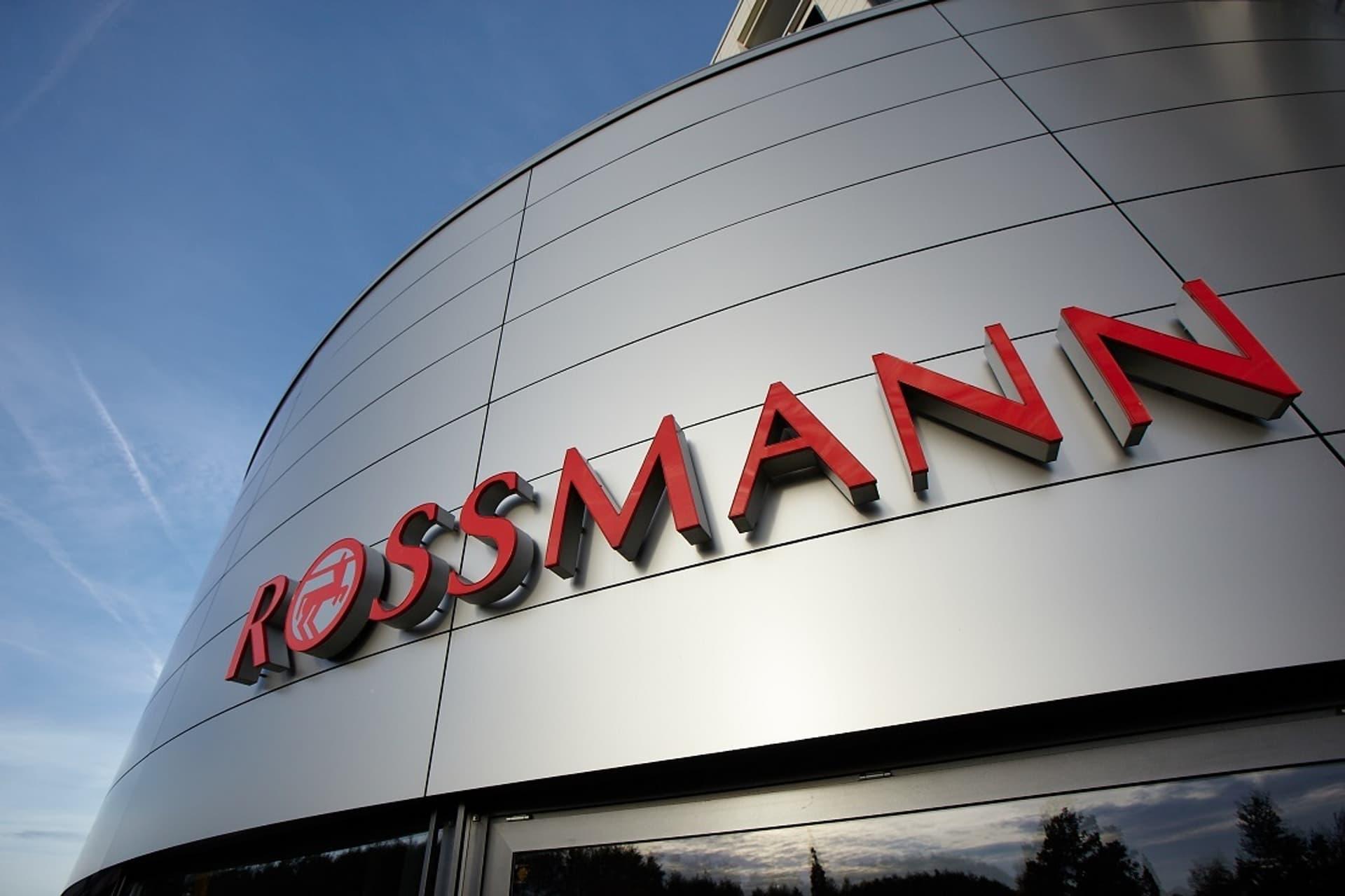 Eingang der Rossmann-Zentrale mit Schriftzug
