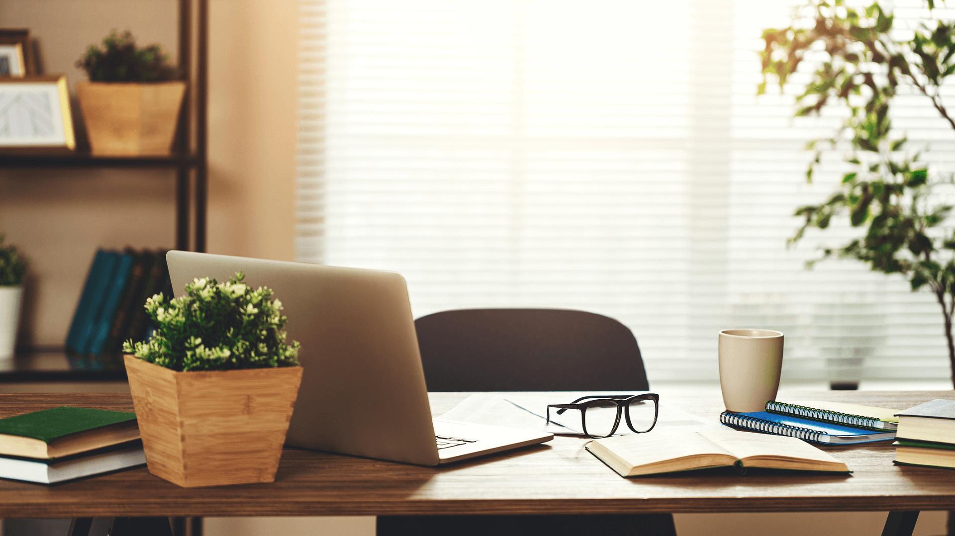 Ein Schreibtisch mit verschiedenen Arbeits- und Dekoutensilien