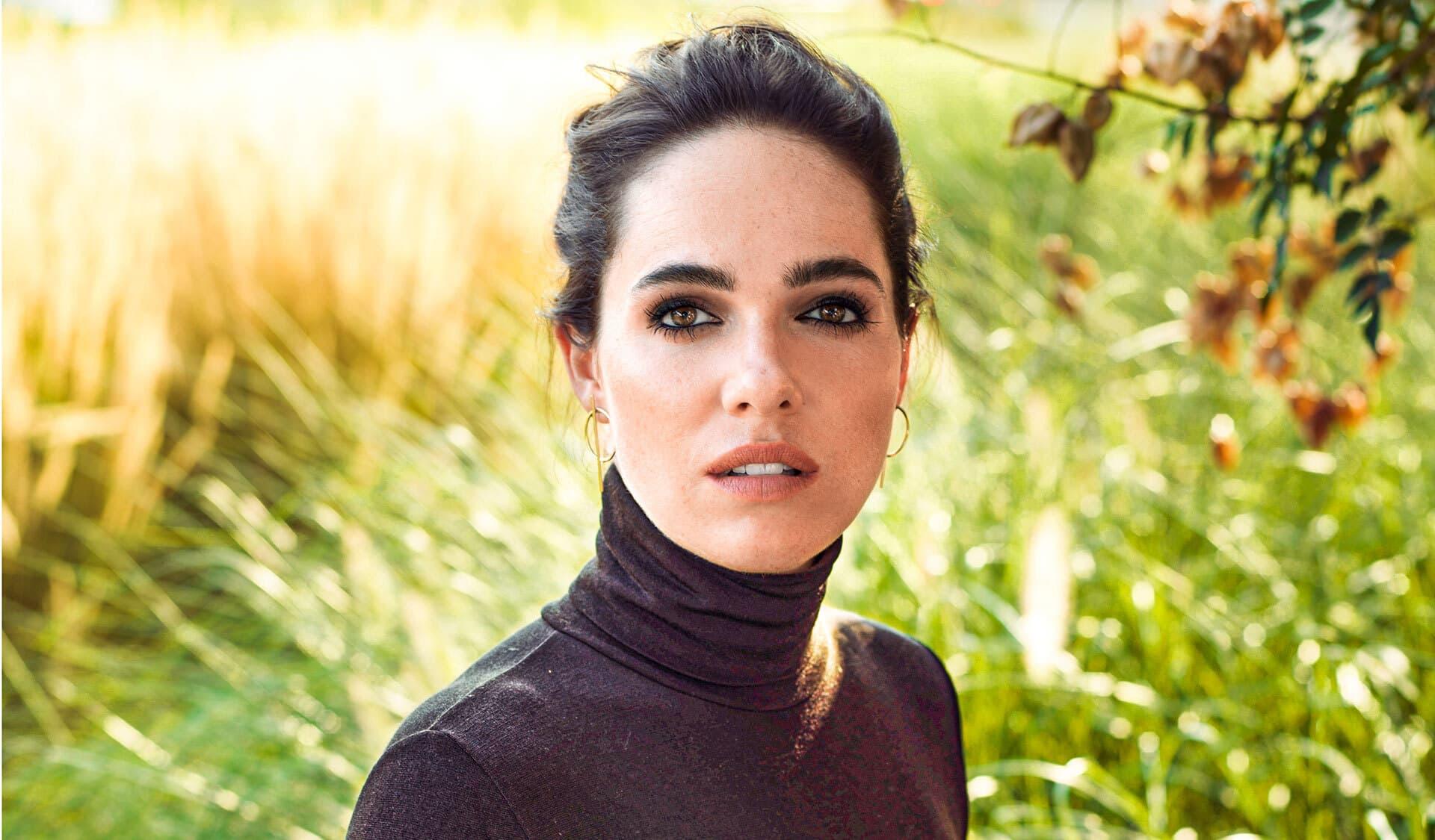 Schauspielerin Verena Altenberger schaut in die Kamera.