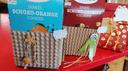 Zwei Kekspackungen in einer Geschenk-Banderole.