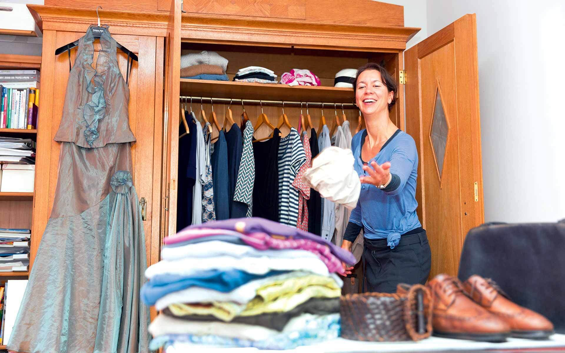 Frau sortiert ihren Schrank aus