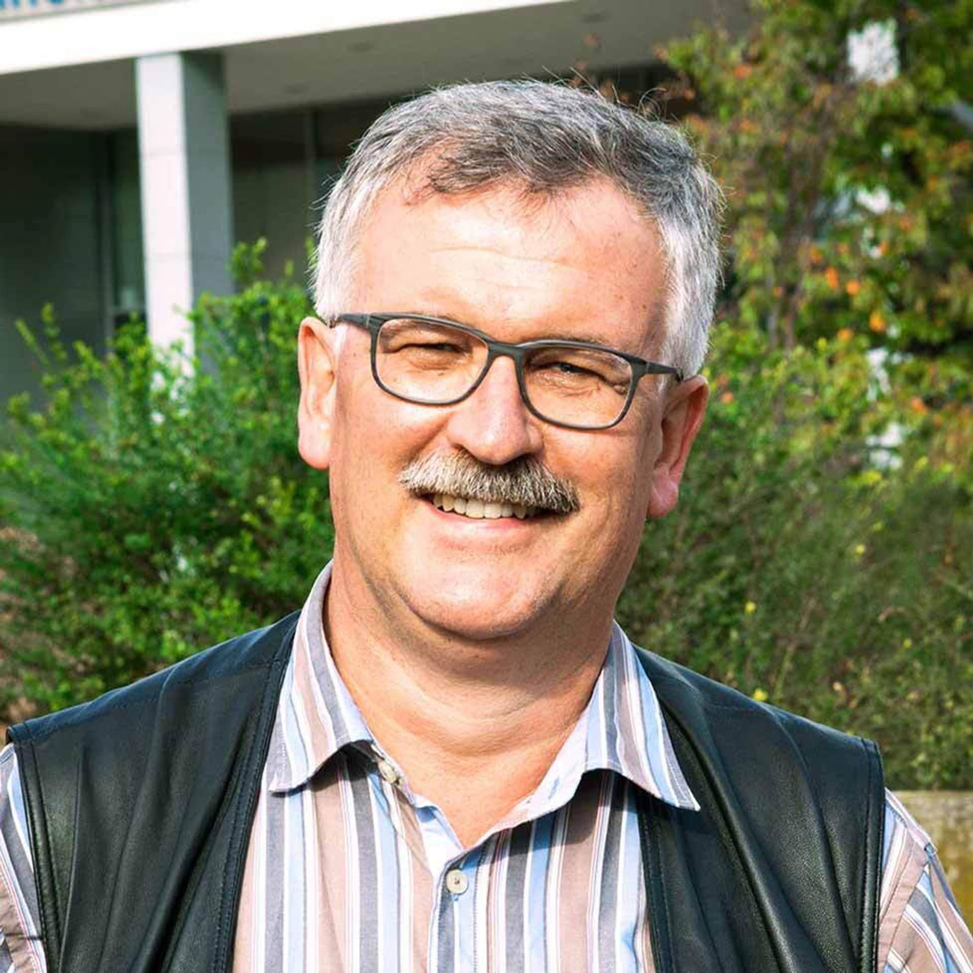 Doktor Josef Settele mit kurzem grauen Haar, Schnurbart und dunkler Brille