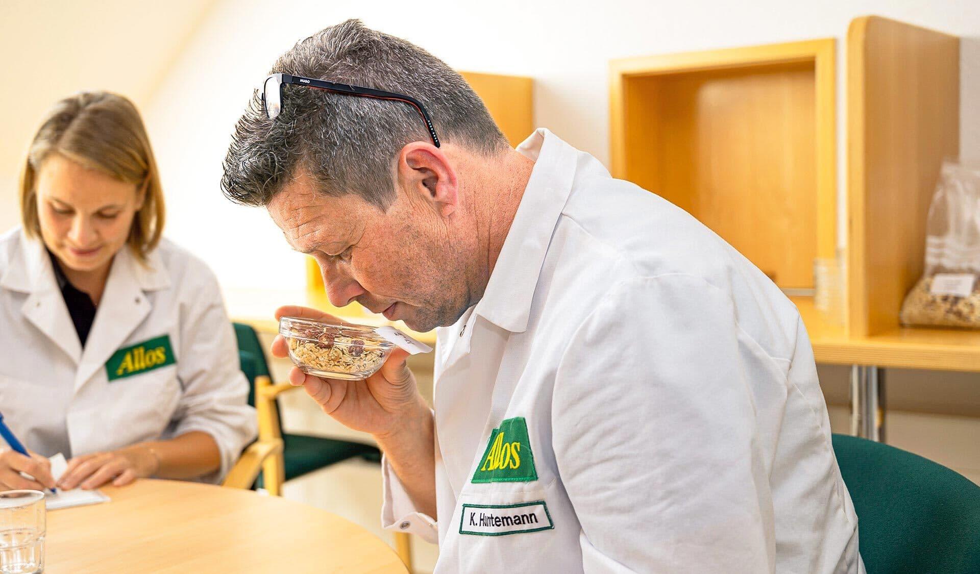 Kai Huntemann von Allos riecht an einer Müsli-Mischung.