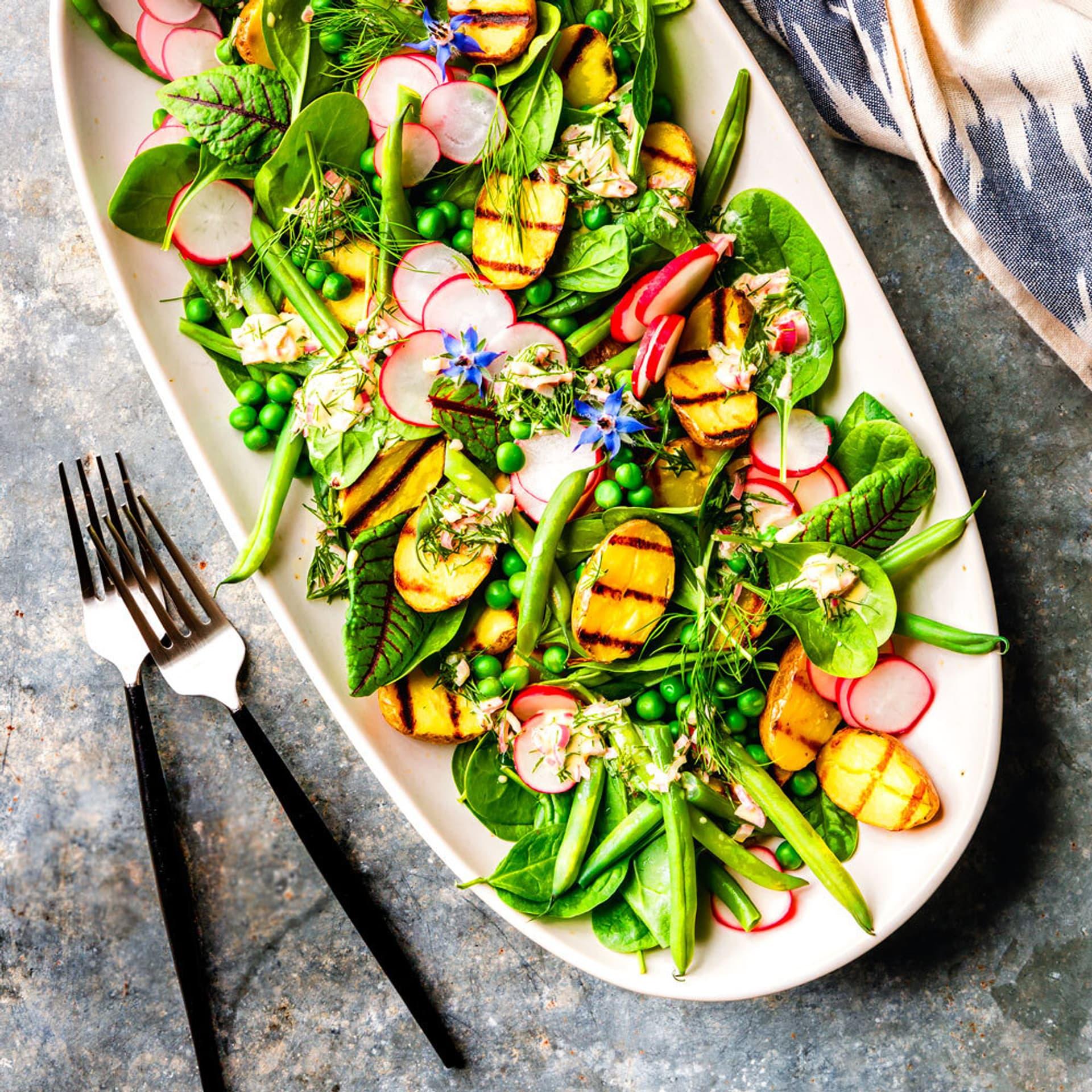 Kartoffelsalat mit Bohnen, Radieschen und Pflücksalat