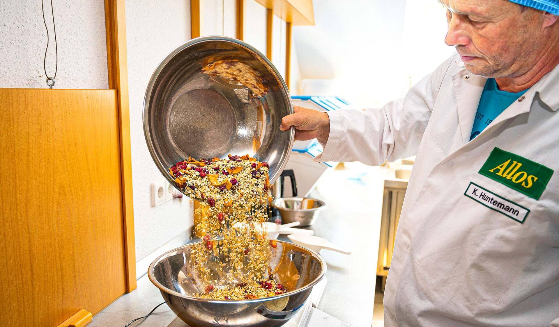 Fertig gemischtes Müsli wird in eine Schale geschüttet.