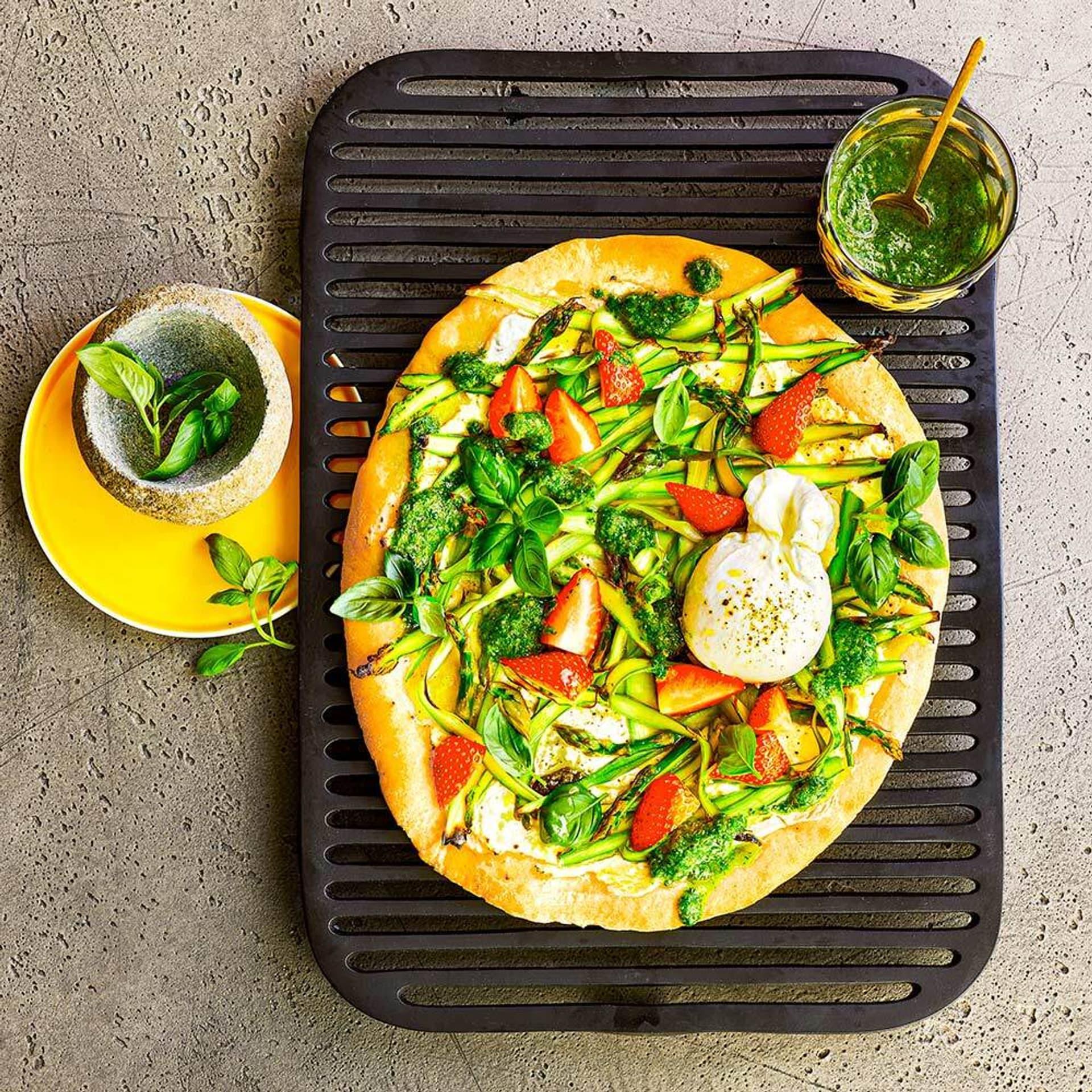 Pizza Bianco mit Spargel und Erdbeeren
