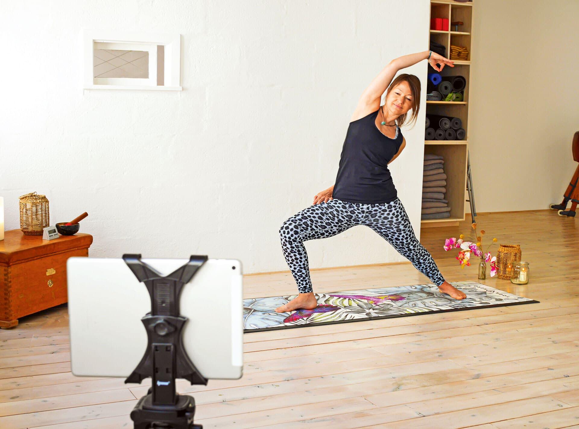 Jule Rathjens Yogalehrerin vor Tablet