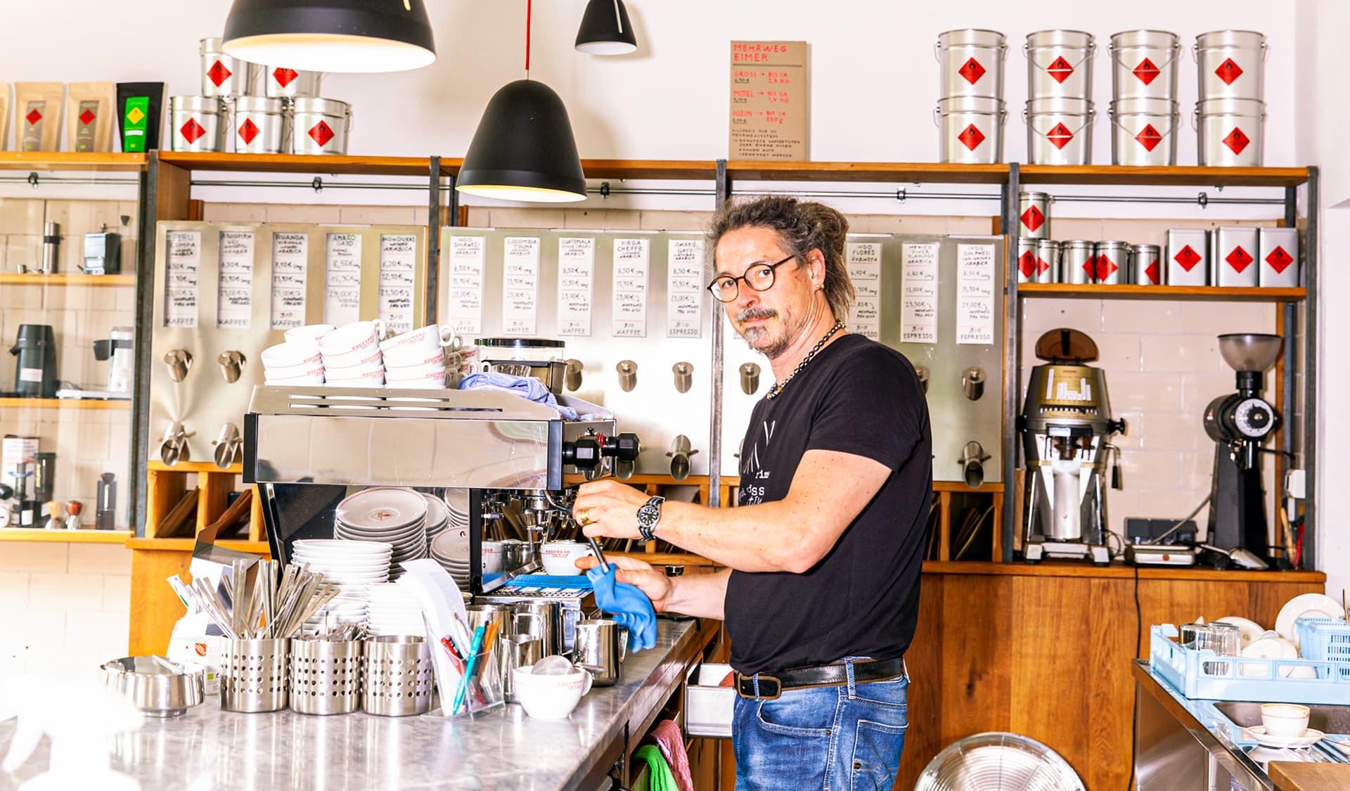 Stefan Kehr in seinem Bio-Kaffee-Rösterei tostino.