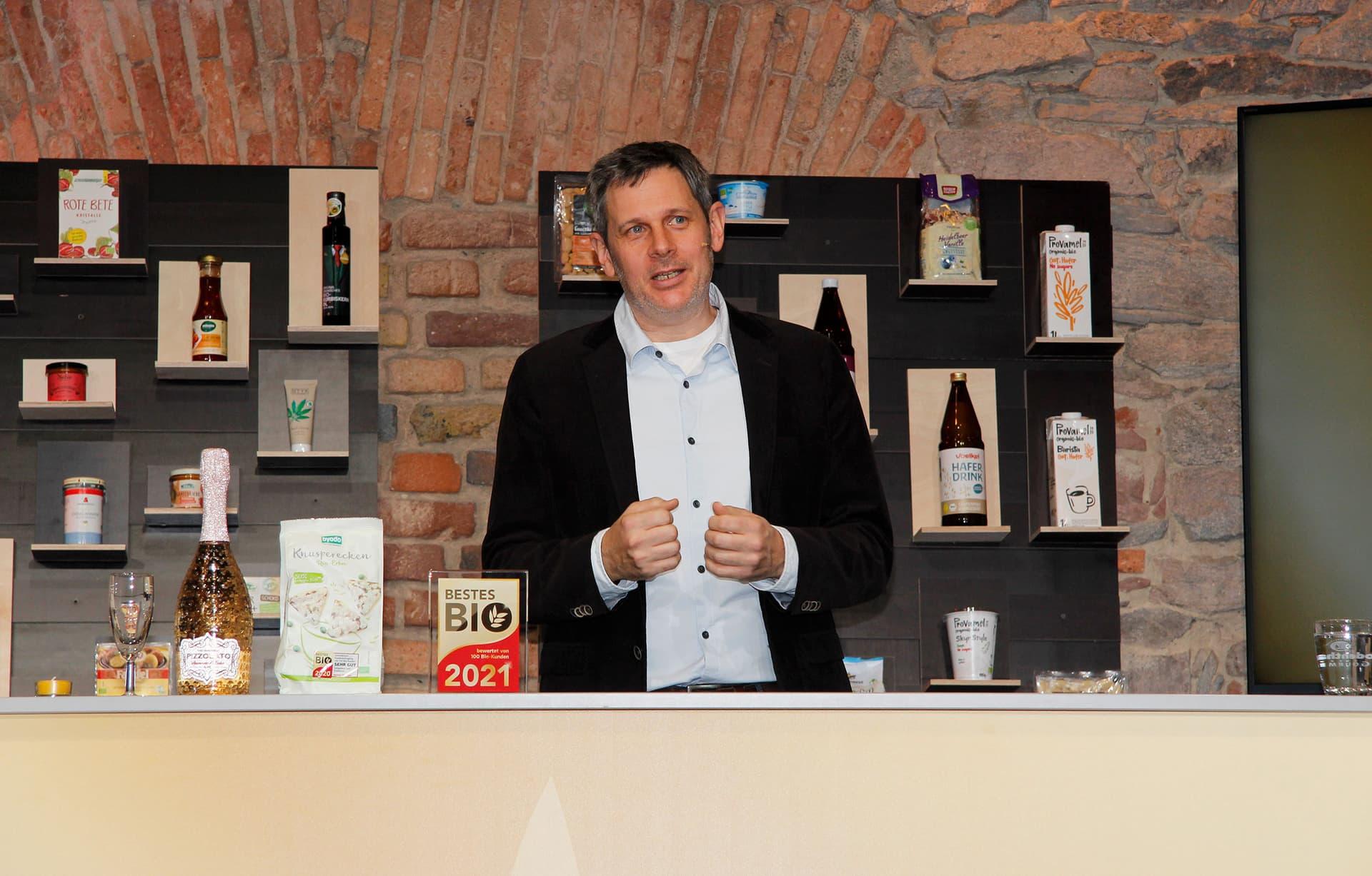 Verleihung Bestes Bio 2021 Bühne mit Moderator Helge Weichmann
