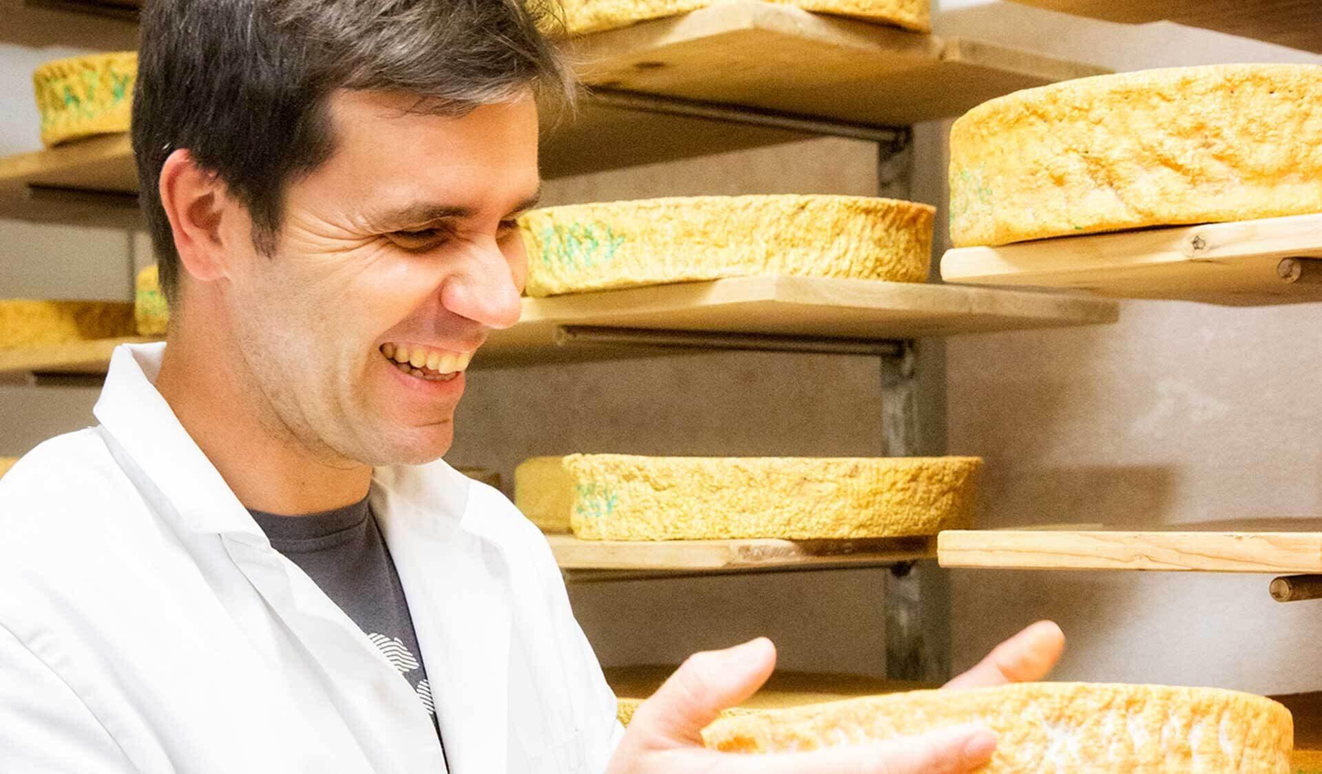Rene Kohler in der Käserei