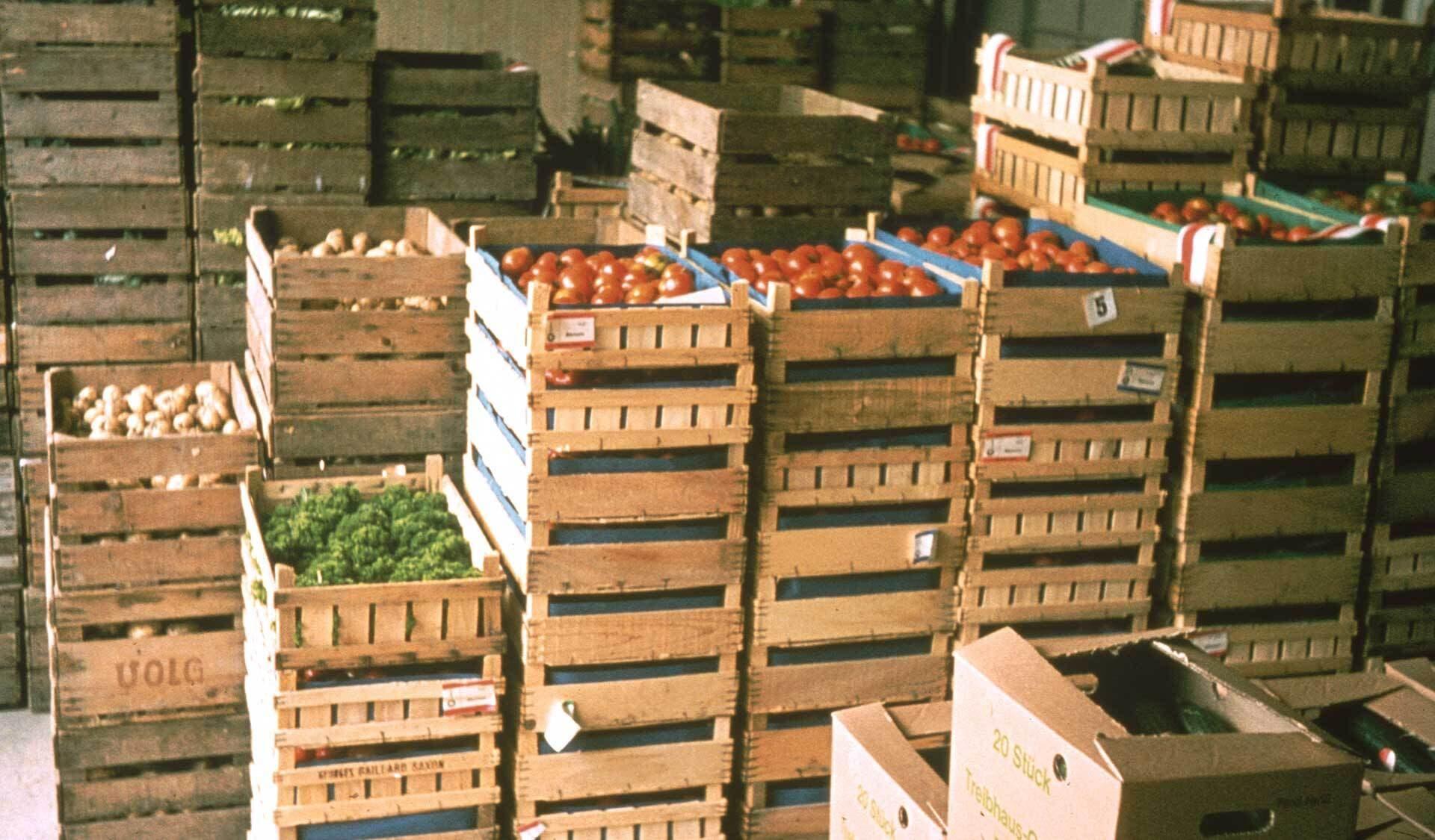 Bioland-Gemüse in Holzkisten