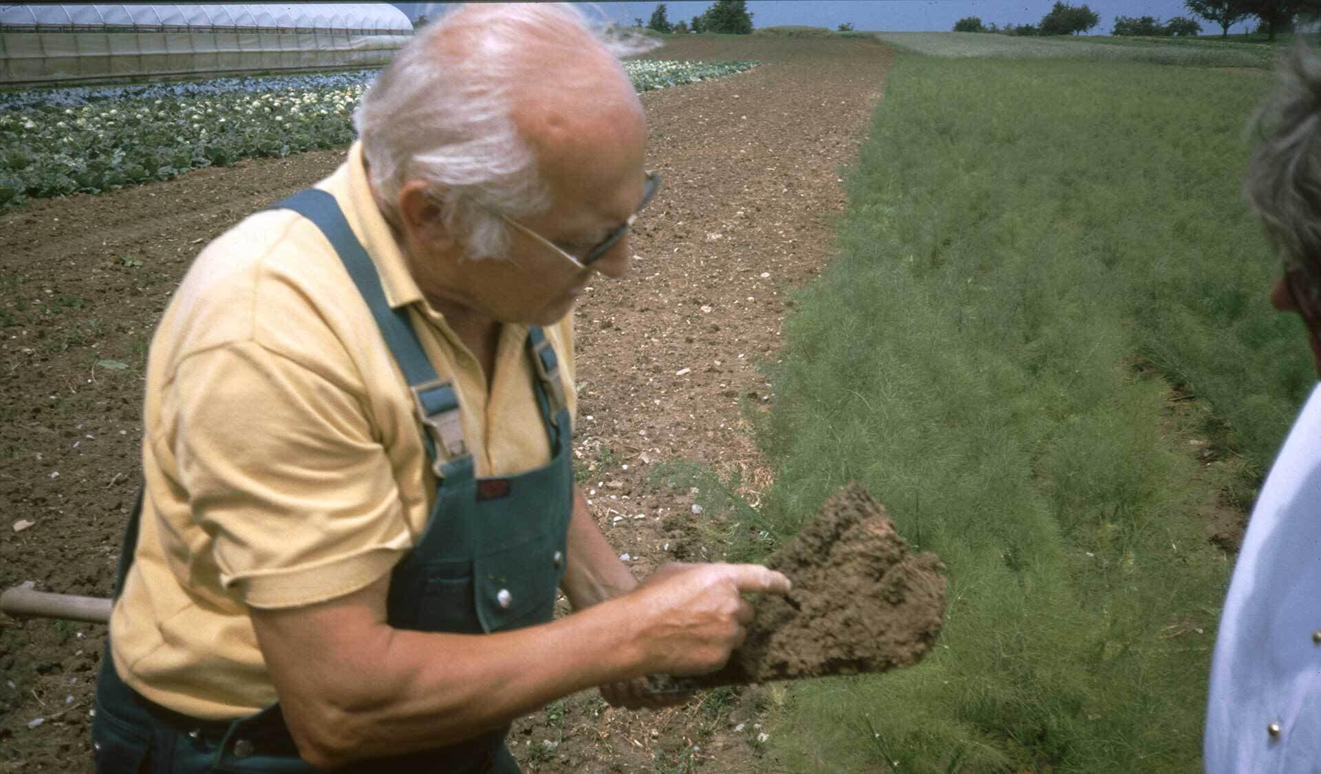 Bodenprobe in den 1980er Jahren beim Bioland-Betrieb Walter Gaiser in Waldorfhesslach in Baden-Württemberg.