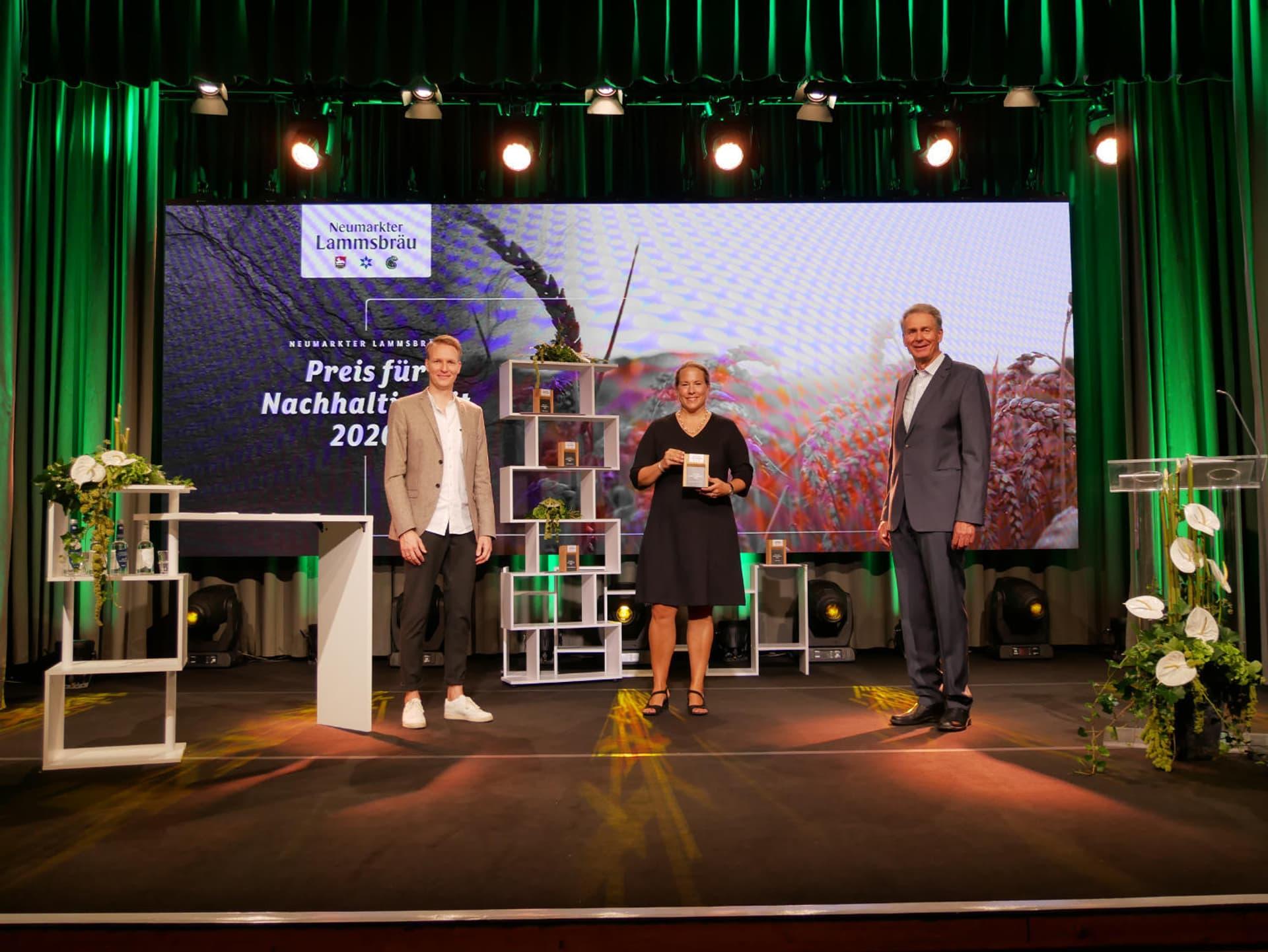 Katharina Reuter nimmt Nachhaltigkeitspreis entgegegen