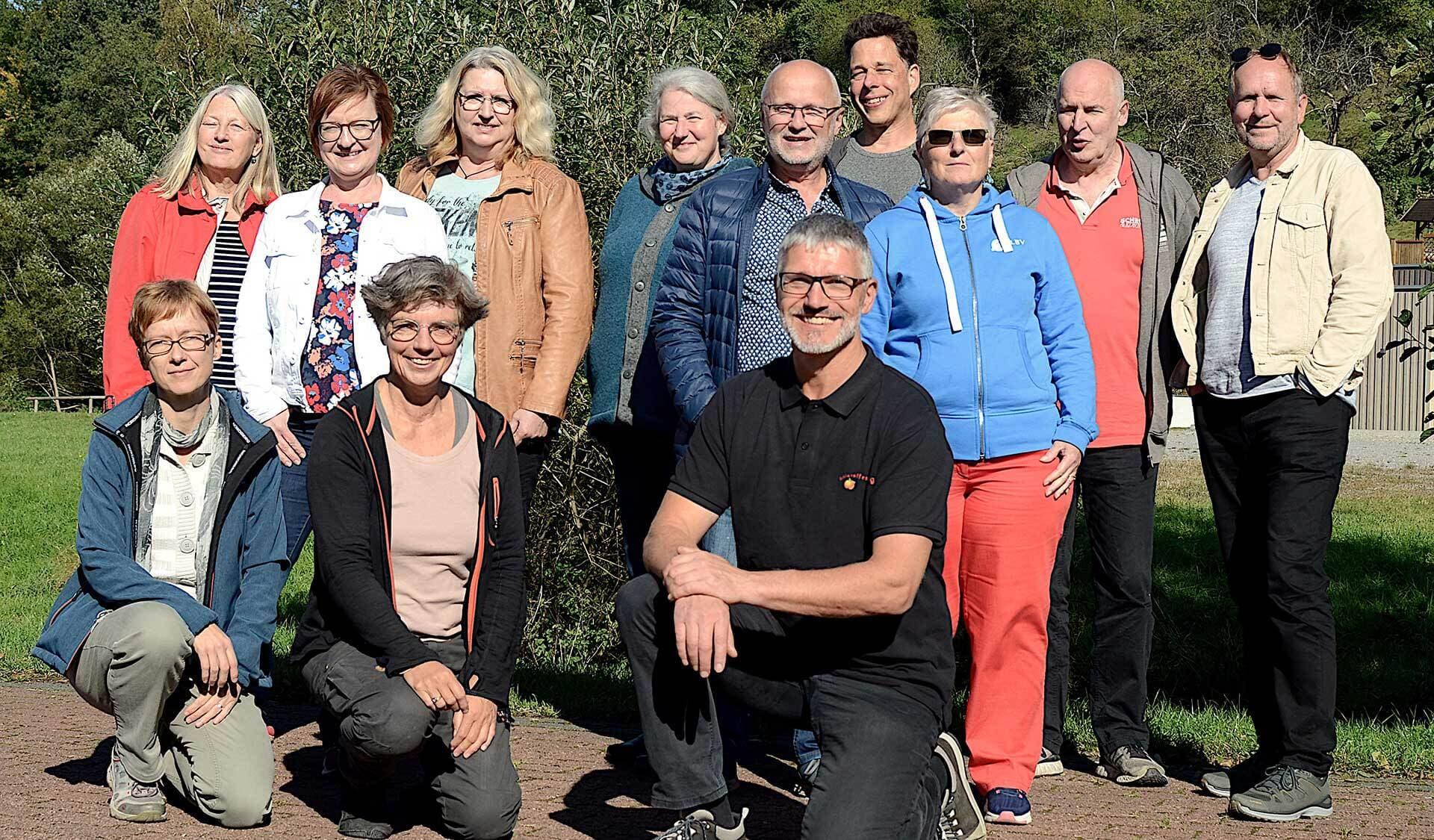 hintere Reihe: Dagmar Förster (B.U.N.D.), Marion Morgner (Stiftung natur mensch kultur), Christa Weiß (Stiftung nmk), Heidi Bolch (Amt für Umwelt- und Verbraucherschutz, Aschaffenburg), Richard Kalkbrenner (Landesbund für Vogelschutz), Oliver Kaiser (Naturpark Spessart), Ellen Kalkbrenner (LBV), Ronald Steinmeyer (Stiftung nmk), Harry Fenzl (Stiftung nmk) Vordere Reihe: Yvonne Hartmann (B.U.N.D.), Sabine Kauffmann (Kuratorium, Stiftung nmk), Alexander Vorbeck (Schlaraffenburger).