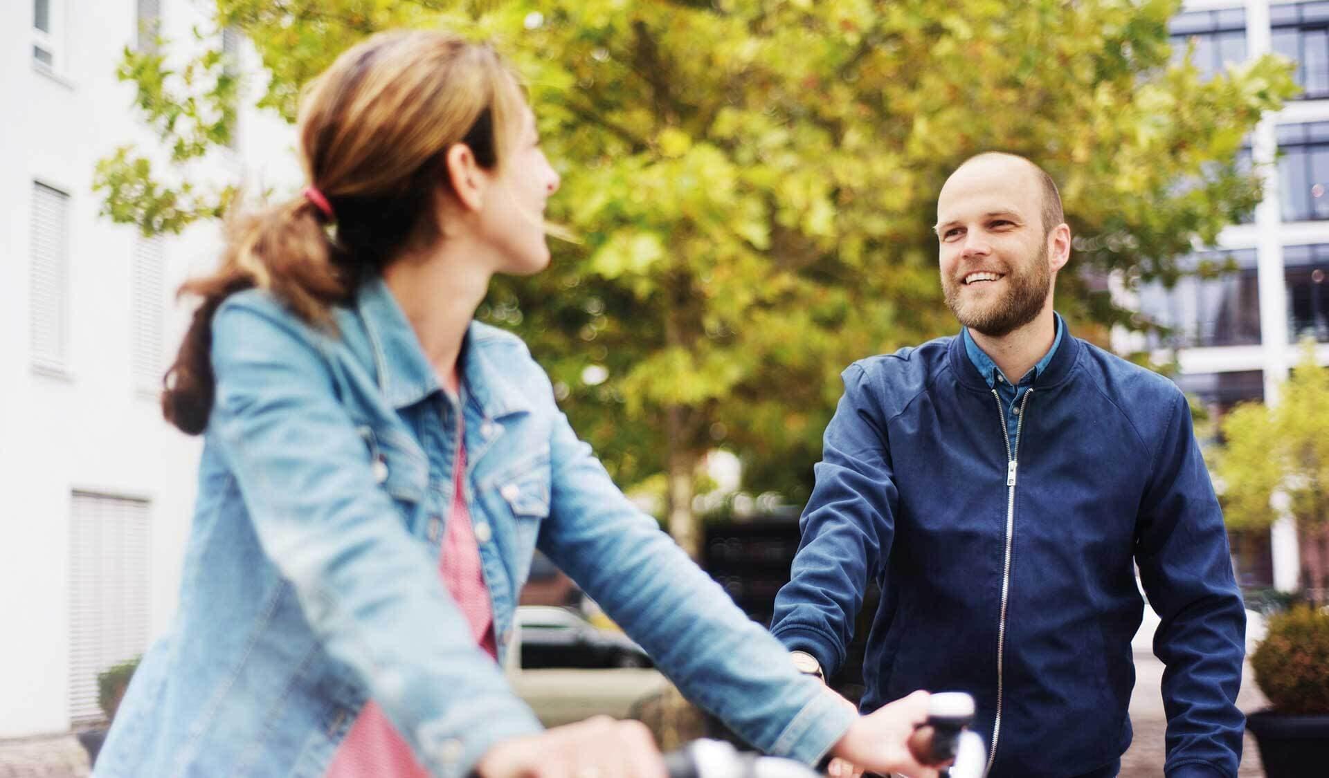 Mitarbeitende auf Fahrrädern