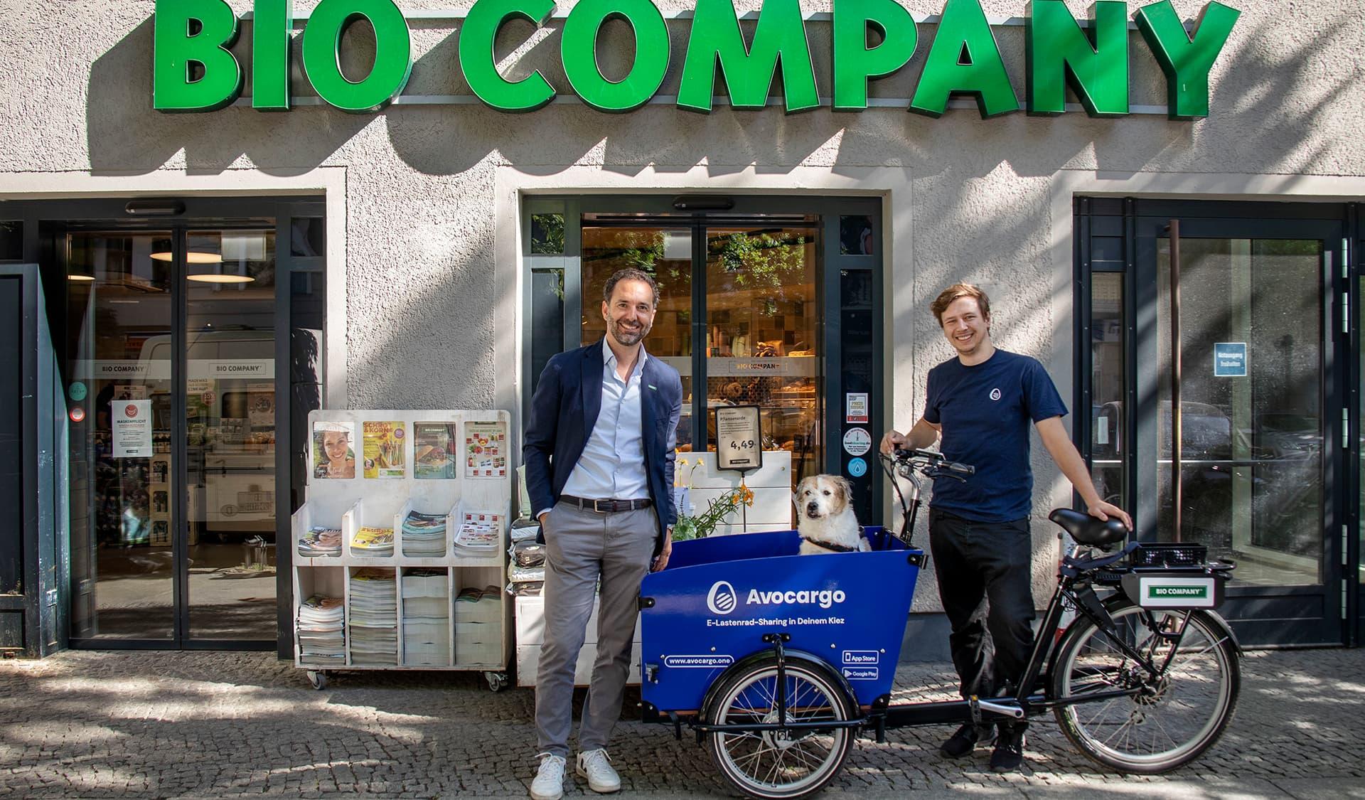 Boris Frank, Marketingleiter Bio Company, Hund Cookie, Matti Schurr, Geschäftsführer Avocargo (AVO Mobility GmbH)
