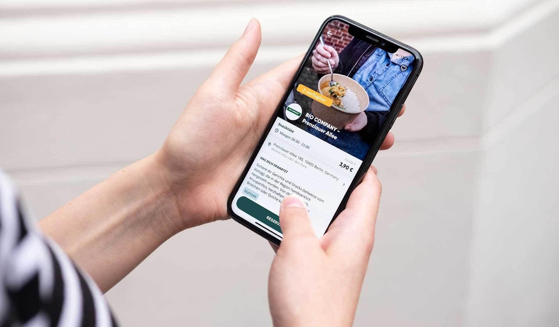 Smartphone, TooGoodToGo-App geöffnet, Oberfläche der BioCompany