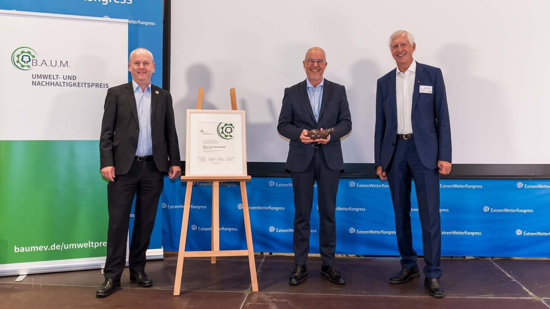 Prof. Dr. Franz-Theo Gottwald bekommt B.A.U.M.-Preis