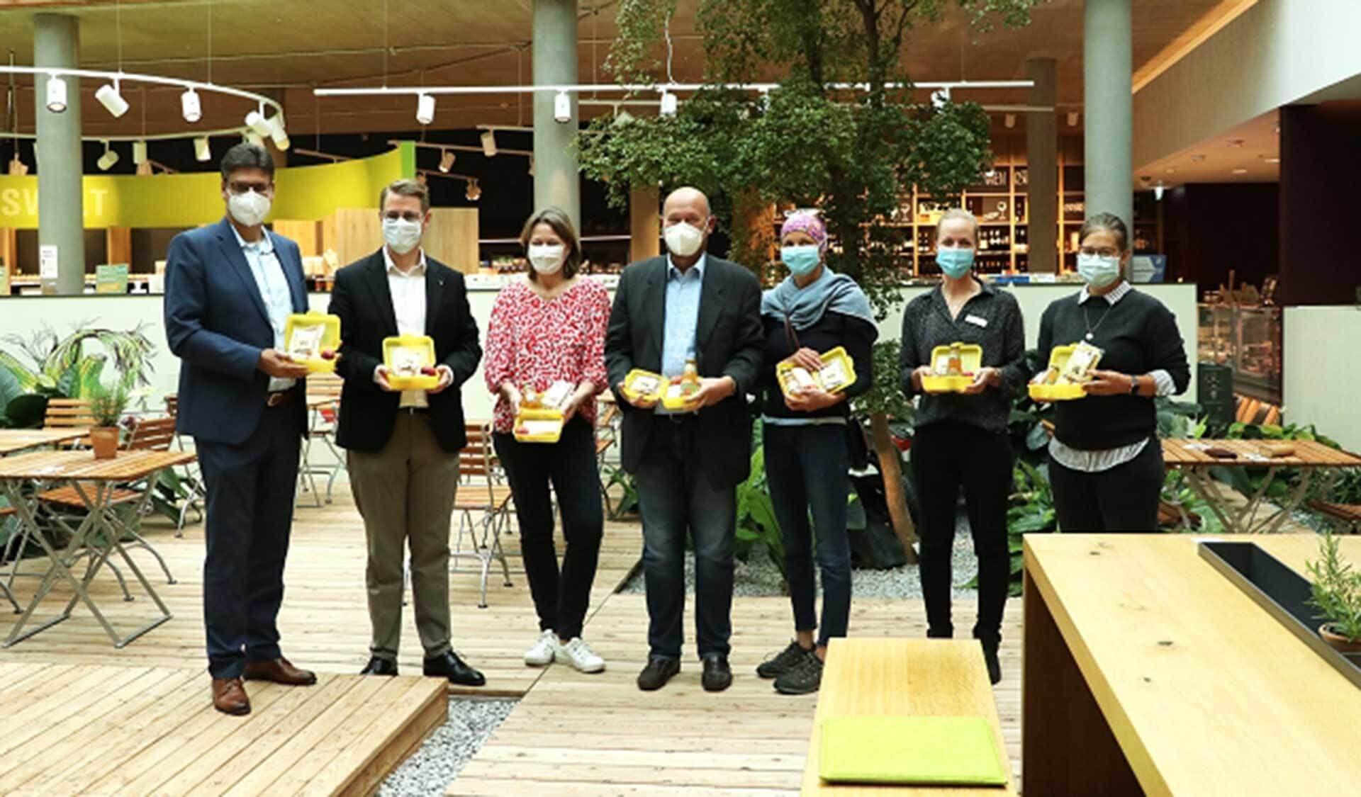 Juliane Stobbe (Byodo), Max Heimerl (Landrat Mühldorf), Katharina Schidinger (Barnhouse), Fritz Huber (Chiemgauer Naturkosthandel), Josef Pölz, Andrea Sonnberger, Marcus Hofer (Byodo), Michael Hetzl (Bürgermeister Mühldorf)