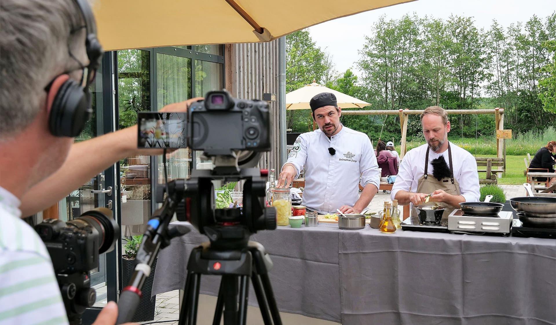 Sebastian Junge und Christian Andres kochen