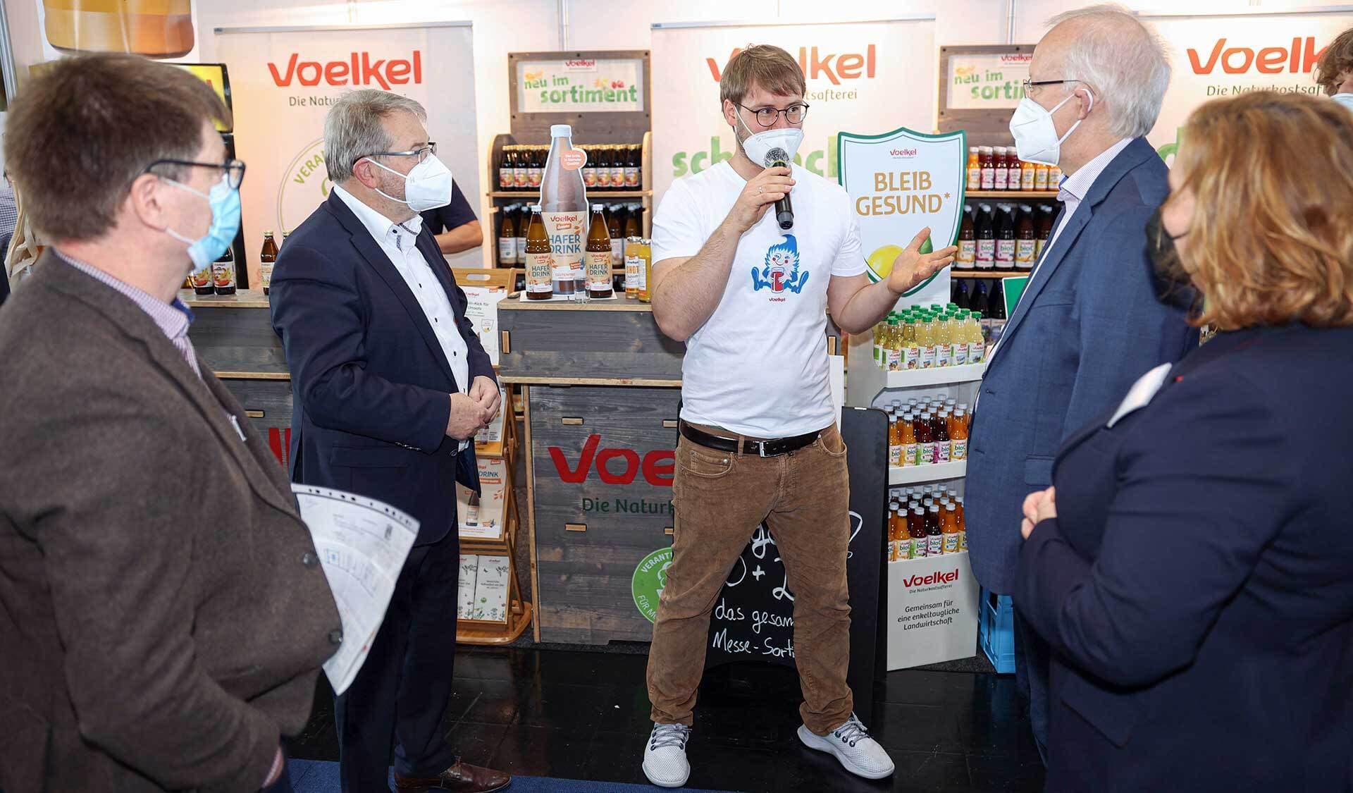 Ludwig Theuvsen, Staatssekretär im Niedersächsischen Ministerium für Ernährung, Landwirtschaft und Verbraucherschutz (hier rechts von Jurek Voelkel, der in der Mitte steht) und Thomas Hermann, Bürgermeister der Stadt Hannover (links), besuchten in Begleitung von Vertretern der Bio-Verbände niedersächsische Bio-Unternehmen auf der BioNord.