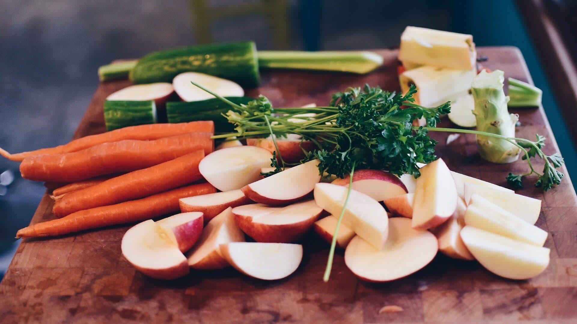 Obst und Gemüse, geschnitten, auf einem Brett