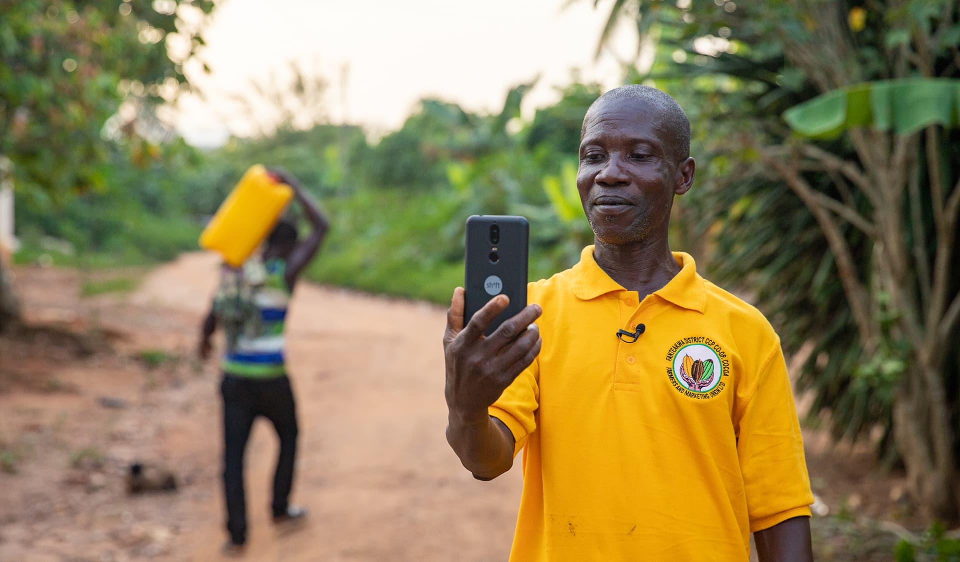 George Ansah filt sich mit Smartphone