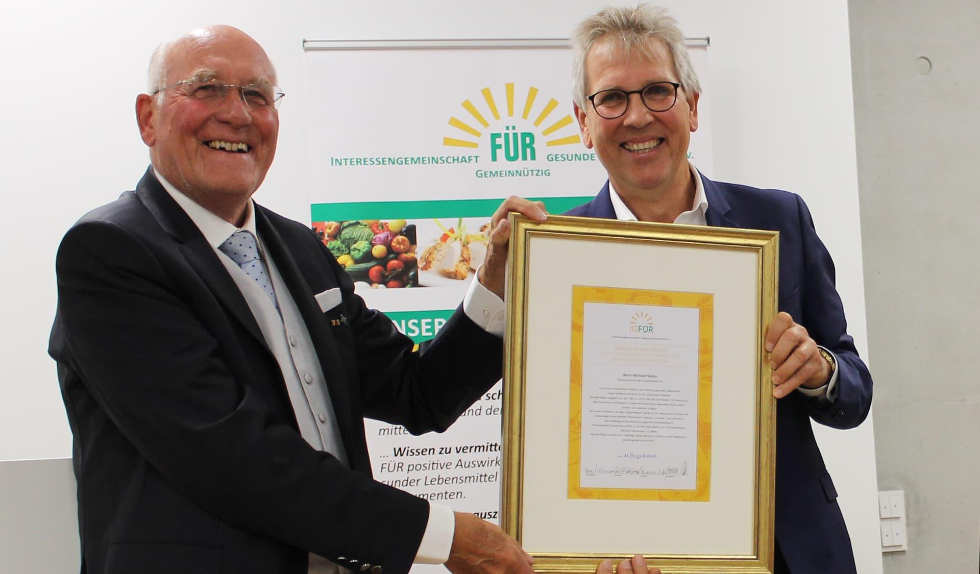 Michael Radau (rechts) bekommt seinen Goldenen Ehrenbrief von Georg Sedlmaier, Vorsitzender der IGFÜR, überreicht.