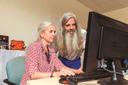 Ursula Stübner und Hans-Dieter Gasper vor dem PC