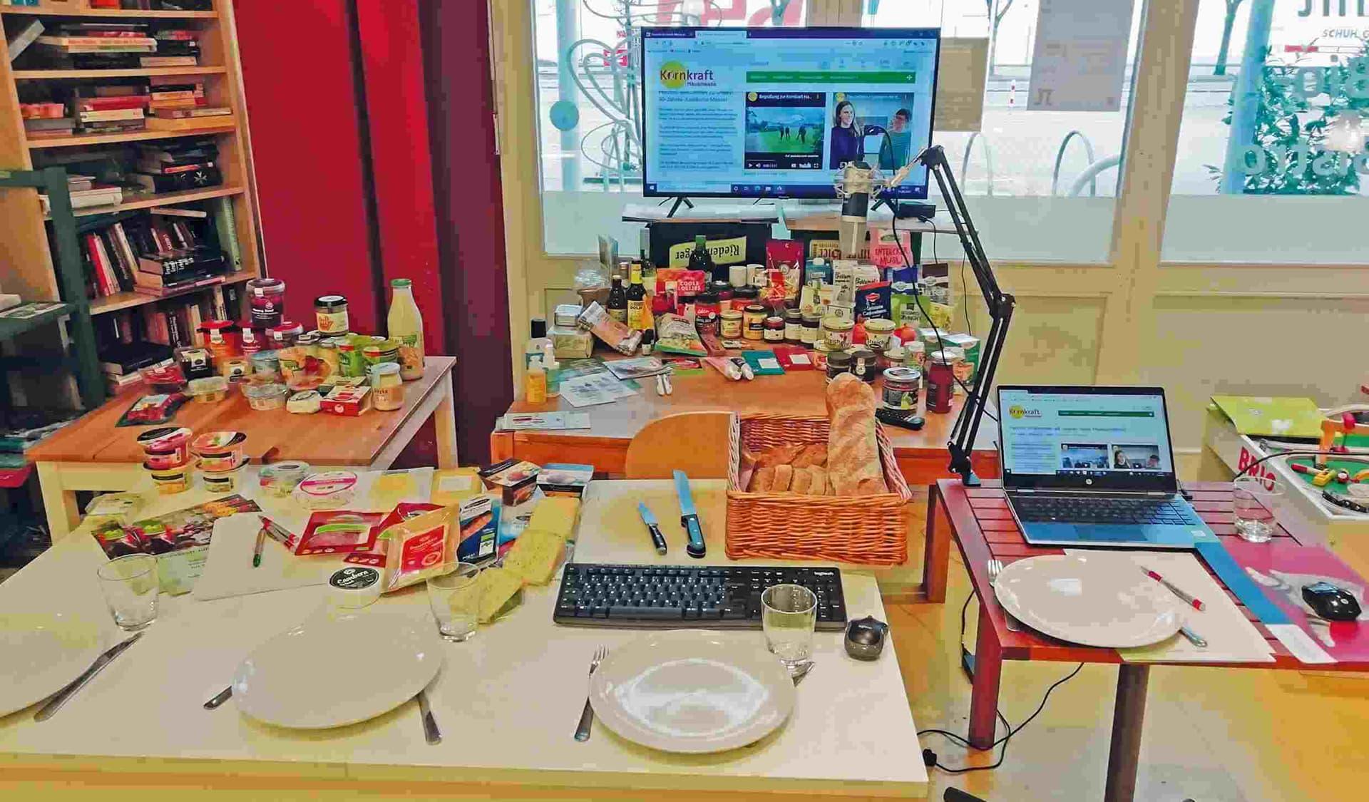 Frühstückstisch und Laptop