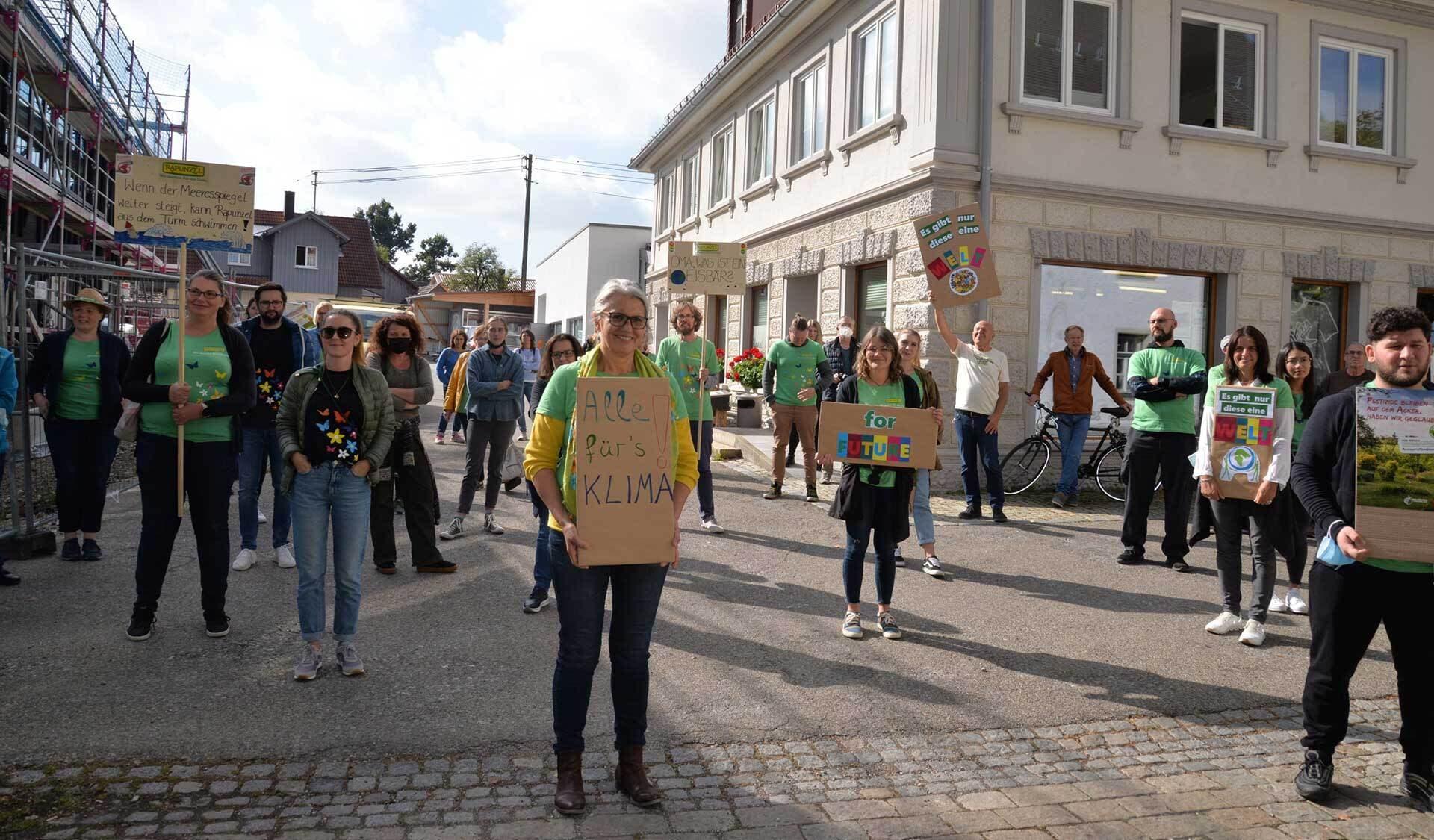 Rapunzel Klima Mahnwache: menschen mit Demo-Schildern