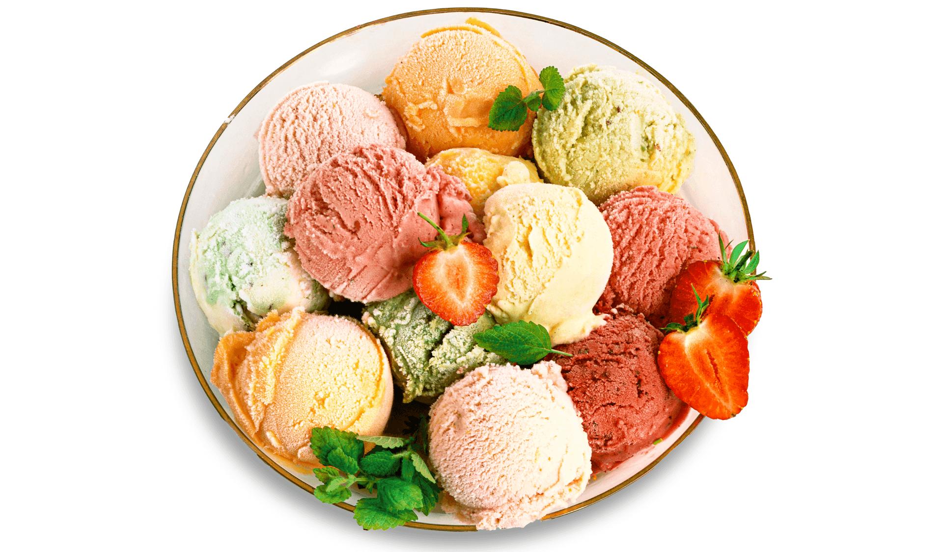 Schale mit verschiedenen Eissorten Erdbeeren Minzblaettern