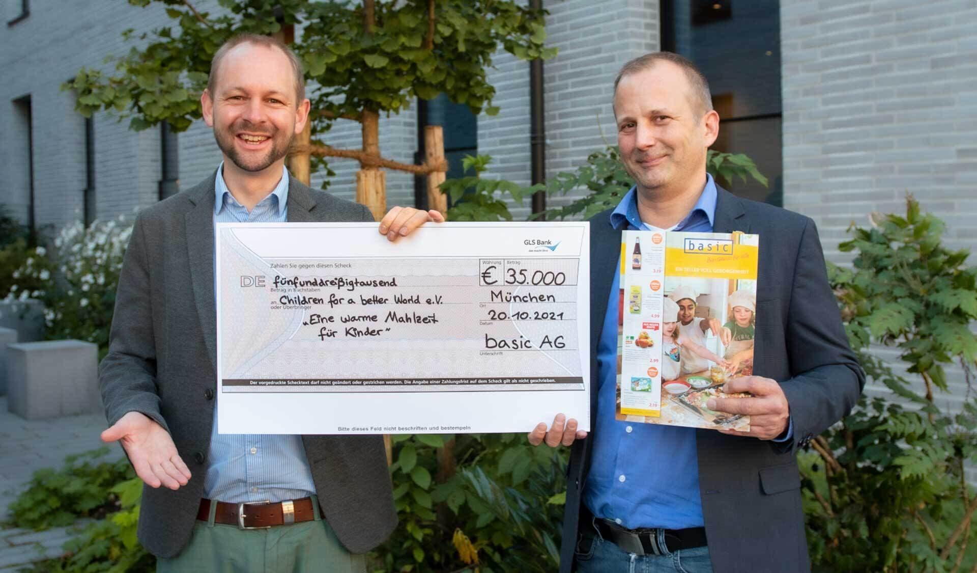 """Christian Wagner, Leiter Einkauf bei der Basic AG (rechts im Bild),und Cornelius Nohl, Geschäftsführer der Münchner Kinderhilfsorganisation """"Children"""" (links)."""
