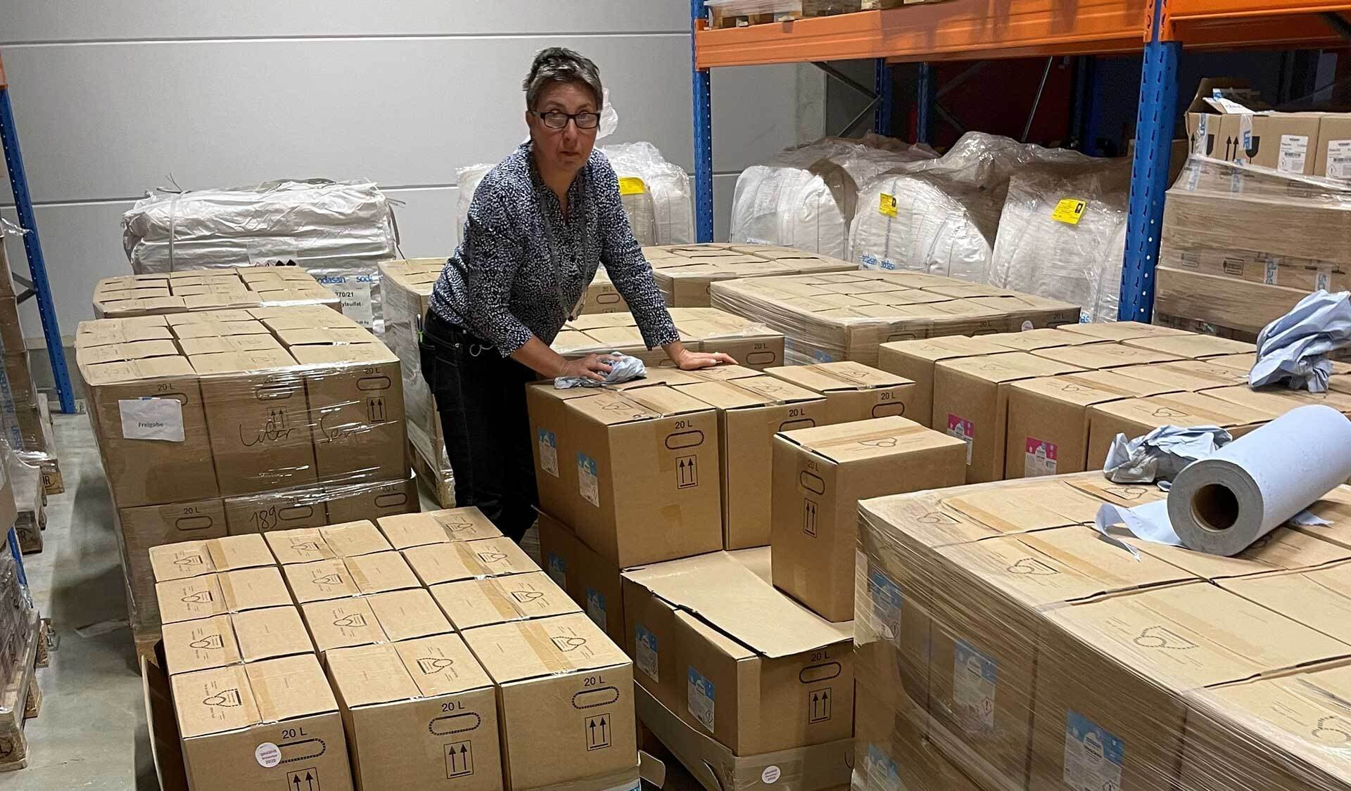 Anja Voß prüft Waschmittel-Kartons