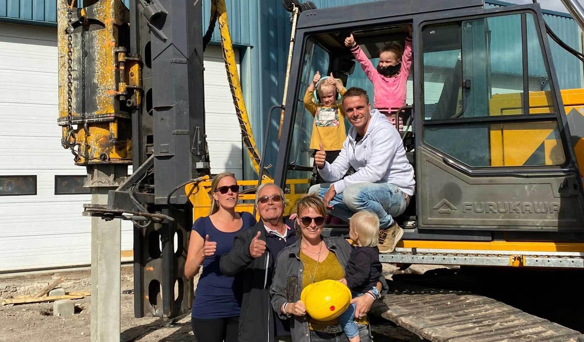 rraSana-Gründer Kees Barnhard (2.v.l) mit seinen im Unternehmen tätigen Kindern Belinda, Annabelle und Cees (v.l.n.r.) sowie Enkeln auf der Baustelle.