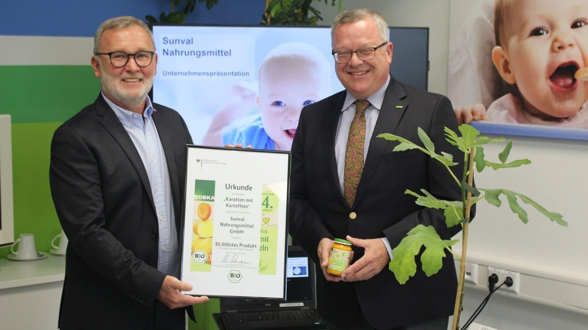 Mathias Baron (links), Geschäftsführer des Handelsmarkenproduzenten, nahm die Urkunde von BLE-Präsident Dr. Hanns-Christoph Eiden entgegen.