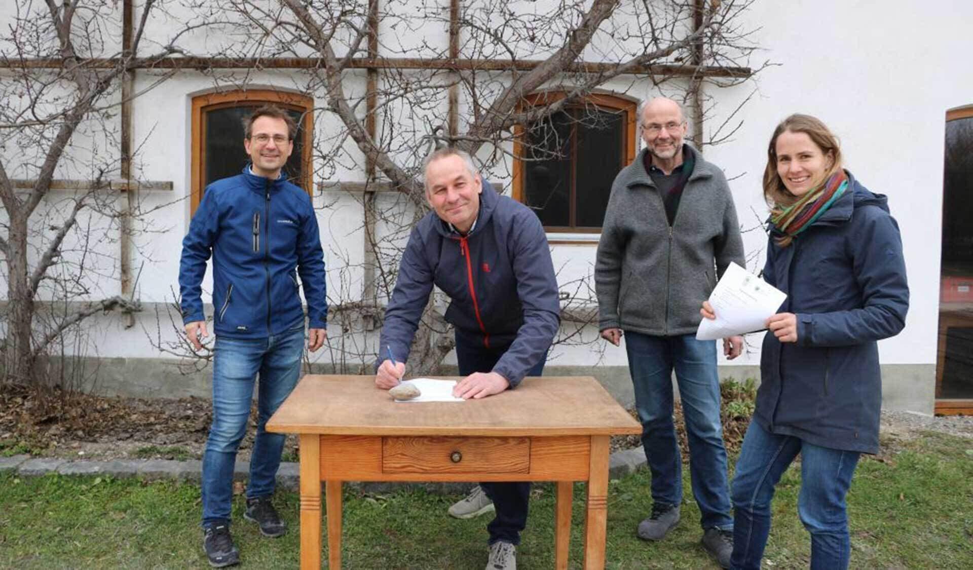 """Unterzeichnung Kooperationsvereinbarung mit Franz Rösl (links), die Bioland-Vorstände Thomas Fisel und Sepp Braun, sowie Michaela Braun, Leiterin der """"Boden Bildung"""""""