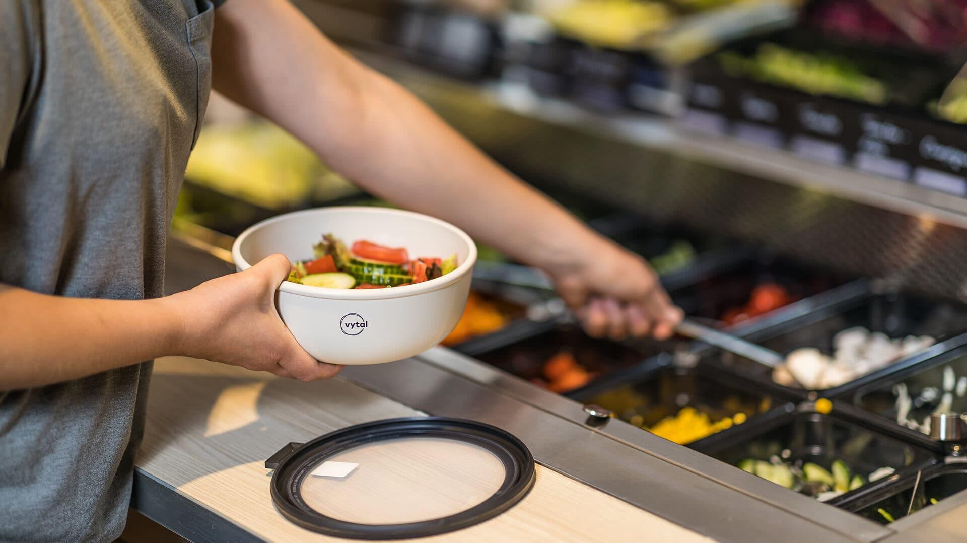 VYTAL Mehrwegkonzept bei REWE Salatbars