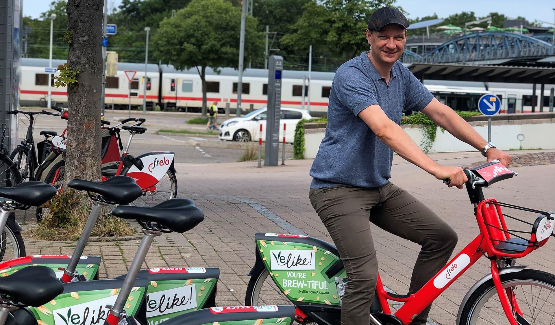 Andreas Helm, COO der Schwarzwaldmilch-Tochter Black Forest Nature GmbH auf Velike-Fahrrad