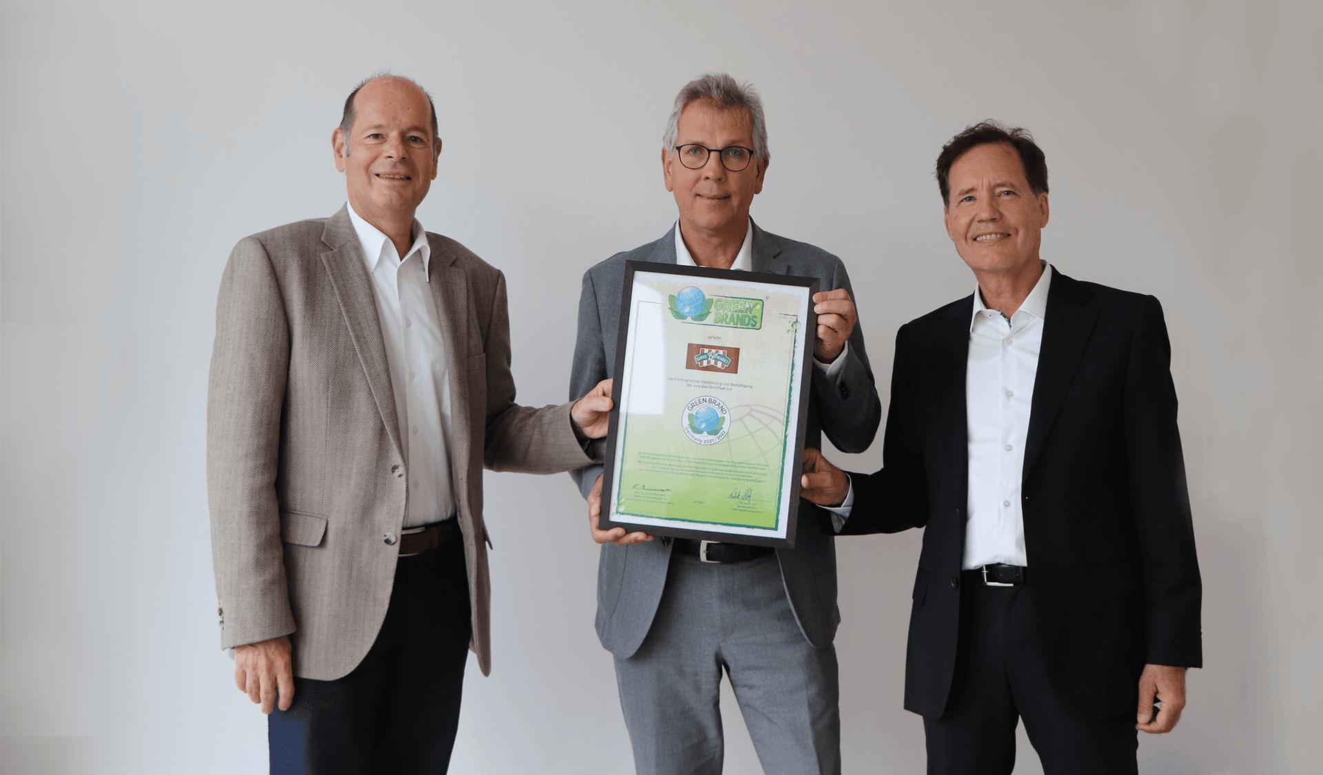 Norbert R. Lux, Geschäftsführer Superbiomarkt AG, Michael Radau, Gründer und Vorstandsvorsitzender Superbiomarkt AG, Prof. Dr. Lange, Jurymitglied Green Brands