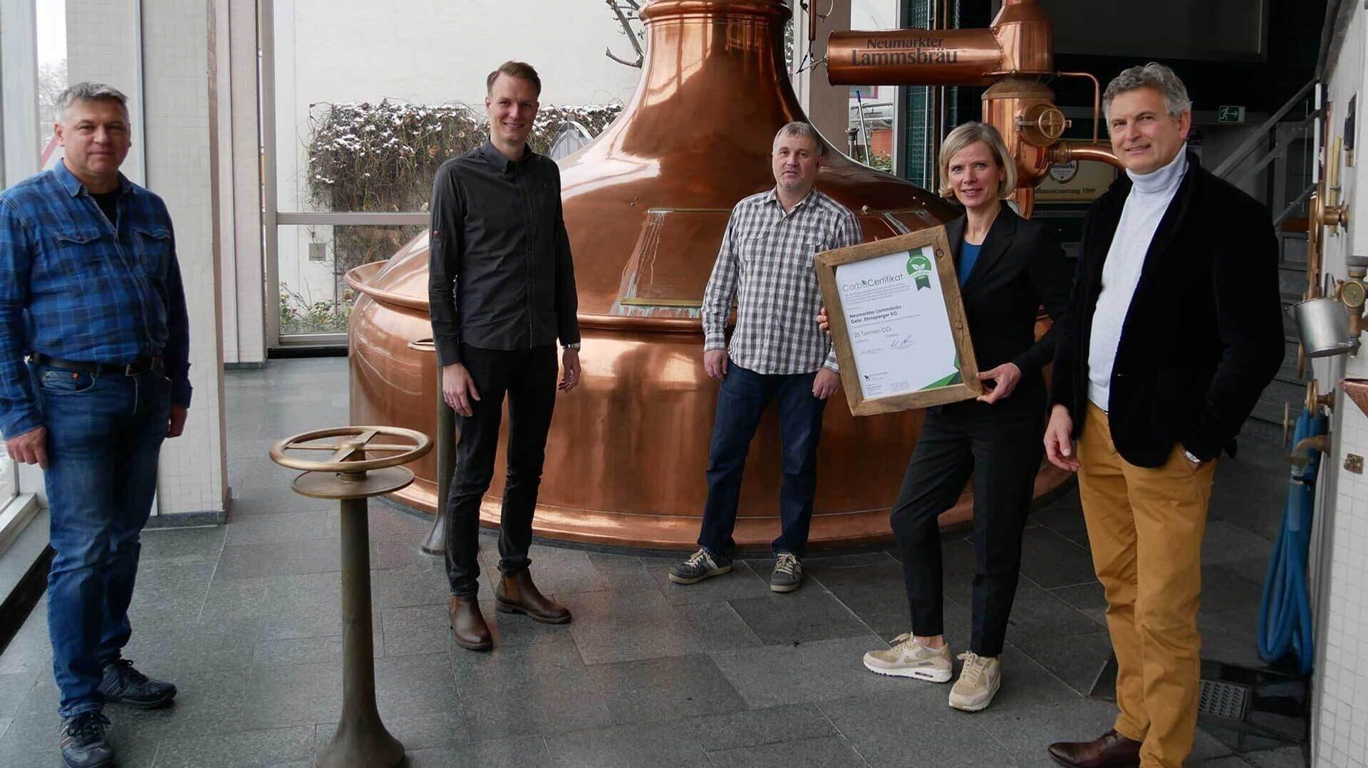 ammsbräu-Chef Johannes Ehrnsperger (2.v.l.) und die EZÖB-Bauern Werner Schwarz und Alexander Walter erhalten Zertifikat der Carbo Cert GmbH