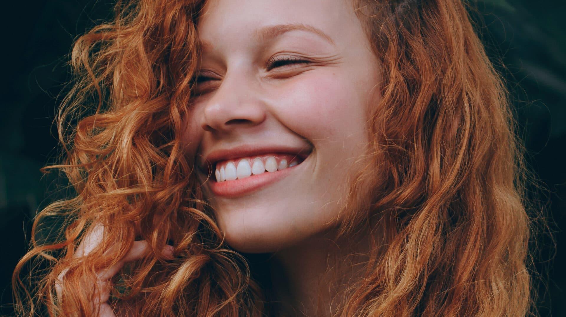 Junge Frau mit rot gefärbten Locken