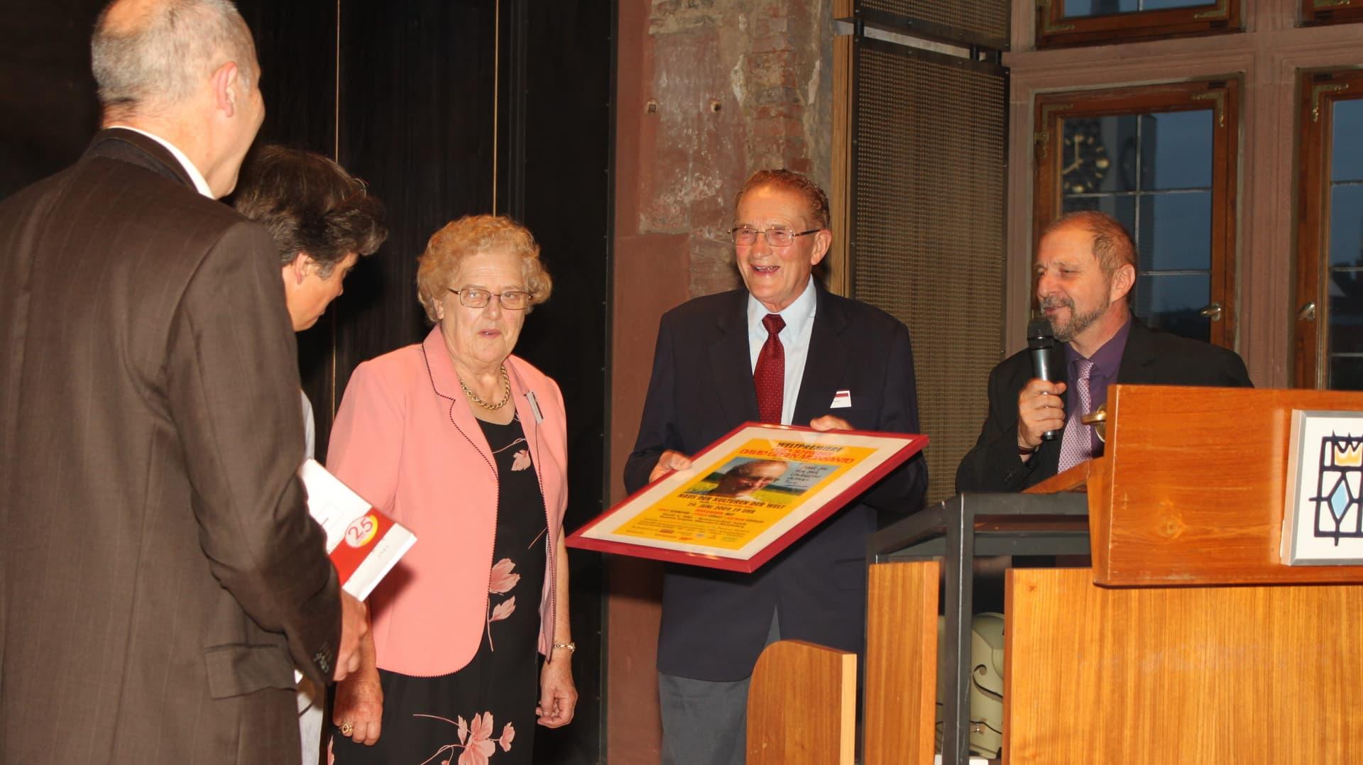 Percy Schmeiser übergibt Geschenk