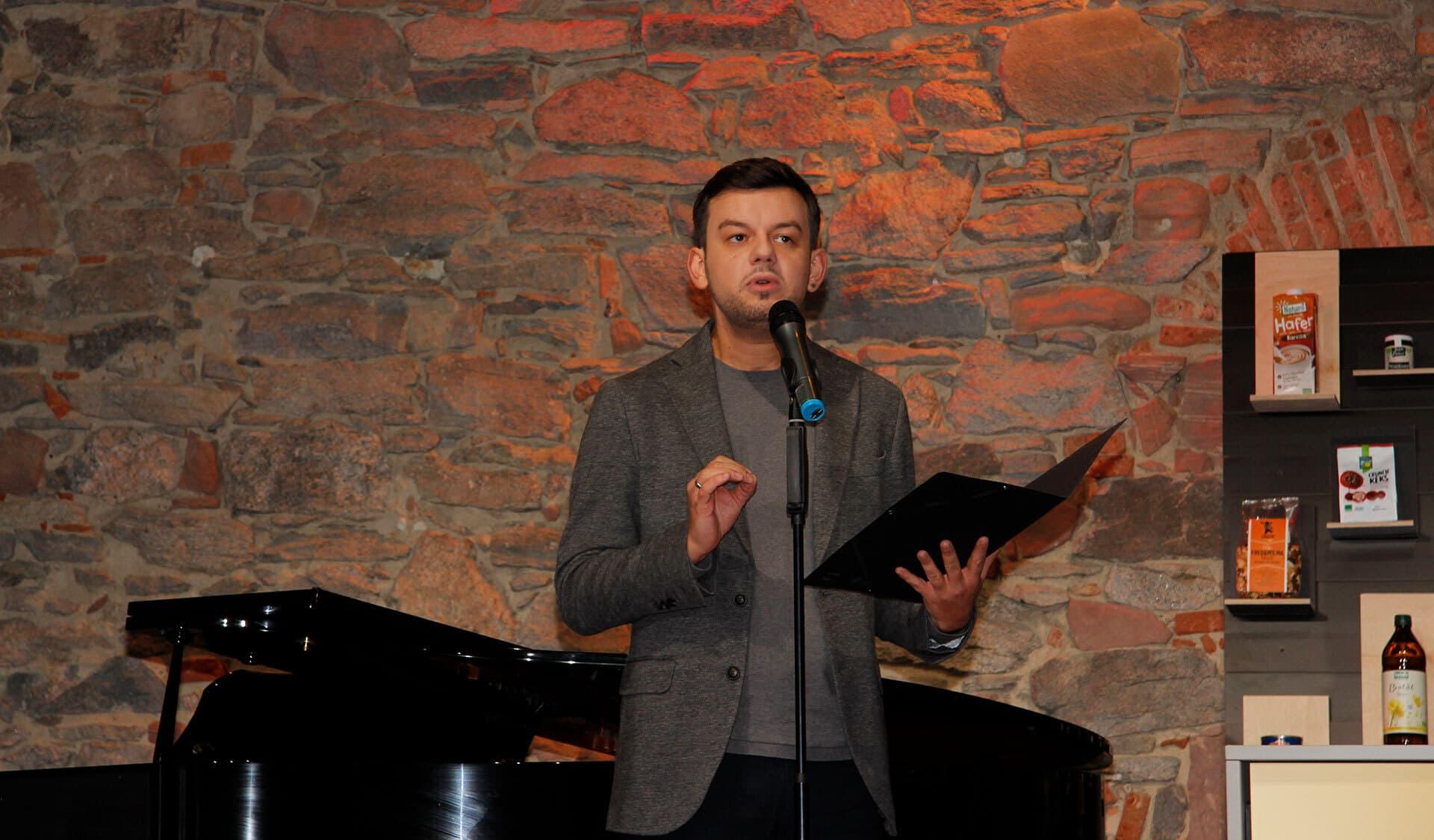 Poetry-Slammer Marius Loy beim Vortrag