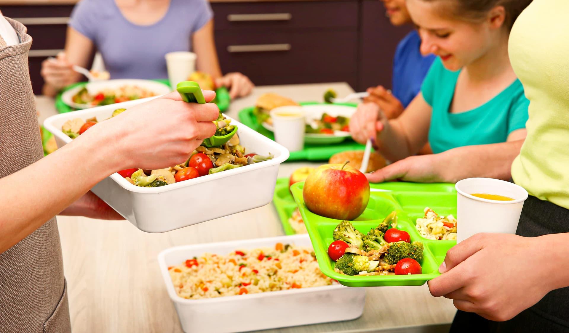 Kinder holen sich in der Mesa Essen